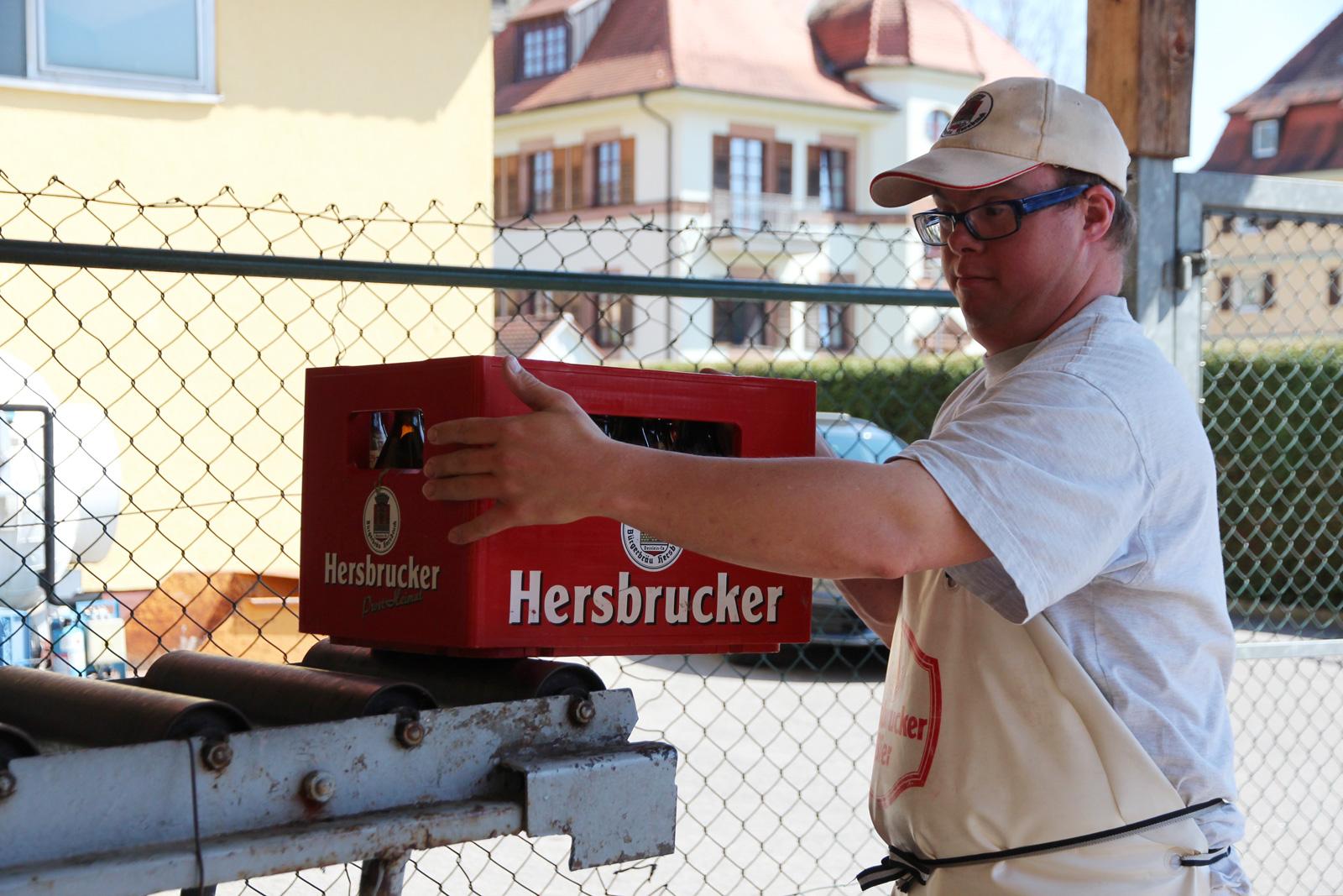 """""""Das ist echte Arbeit für Männer"""", erzählt André Szwirkszlys stolz über seinen Außenarbeitsplatz bei der Bürgerbräu Hersbruck."""
