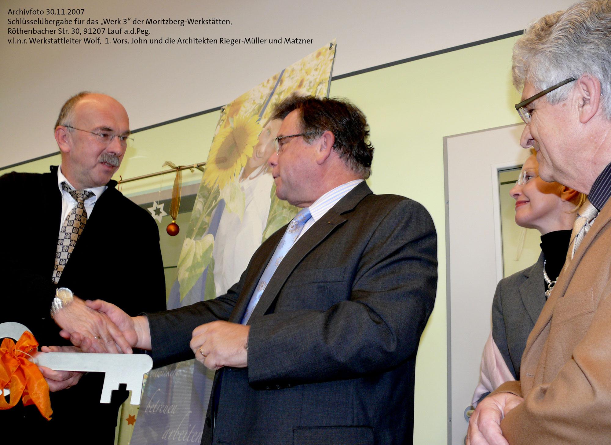 Archivfoto: Am 30.11.2007 überreichte Lebenshilfe-Chef John an Werkstattleiter Wolf die symb. Schlüssel für das Werk 3 der Moritzberg-Werkstätten.