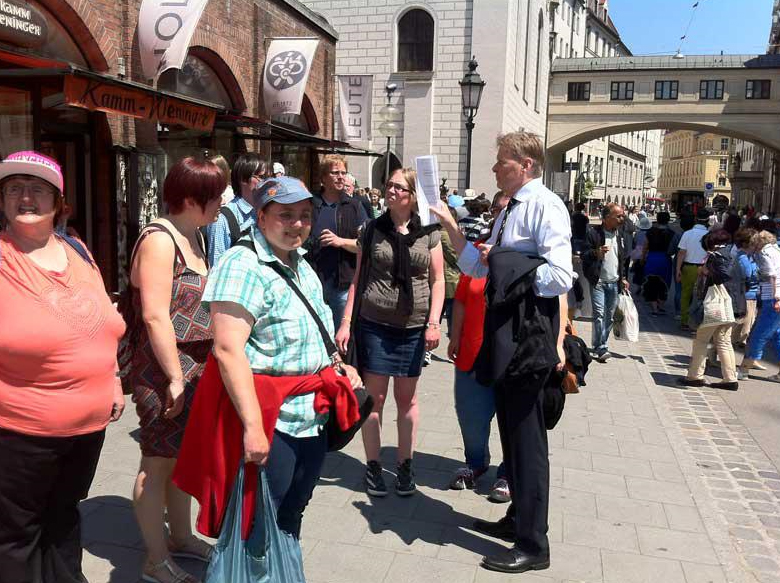 """""""Was macht eigentlich ein Politiker?"""", dafür interessierten sich die Reporter der Zeitungsgruppe des AUW's. Norbert Dünkel, Lebenshilfe-Geschäftsführer und Landtagsabgeordneter, lud die Lebenshilfe-Reporter jetzt nach München ein."""