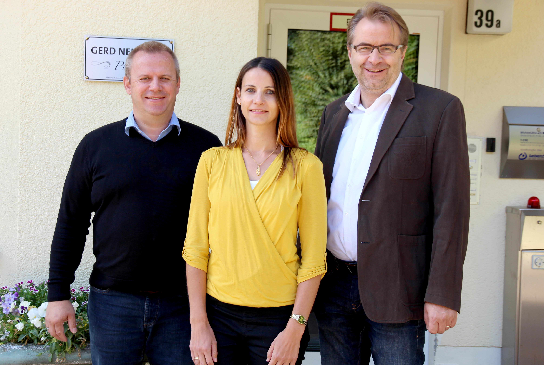 Lebenshilfe bildet aus. Wohnstätten-Leiter Dietmar Meinlschmidt, Umschlülerin Ramona von der Lehr und Jochen Potzel, Ausbilder und Chef des Rechnungswesens.