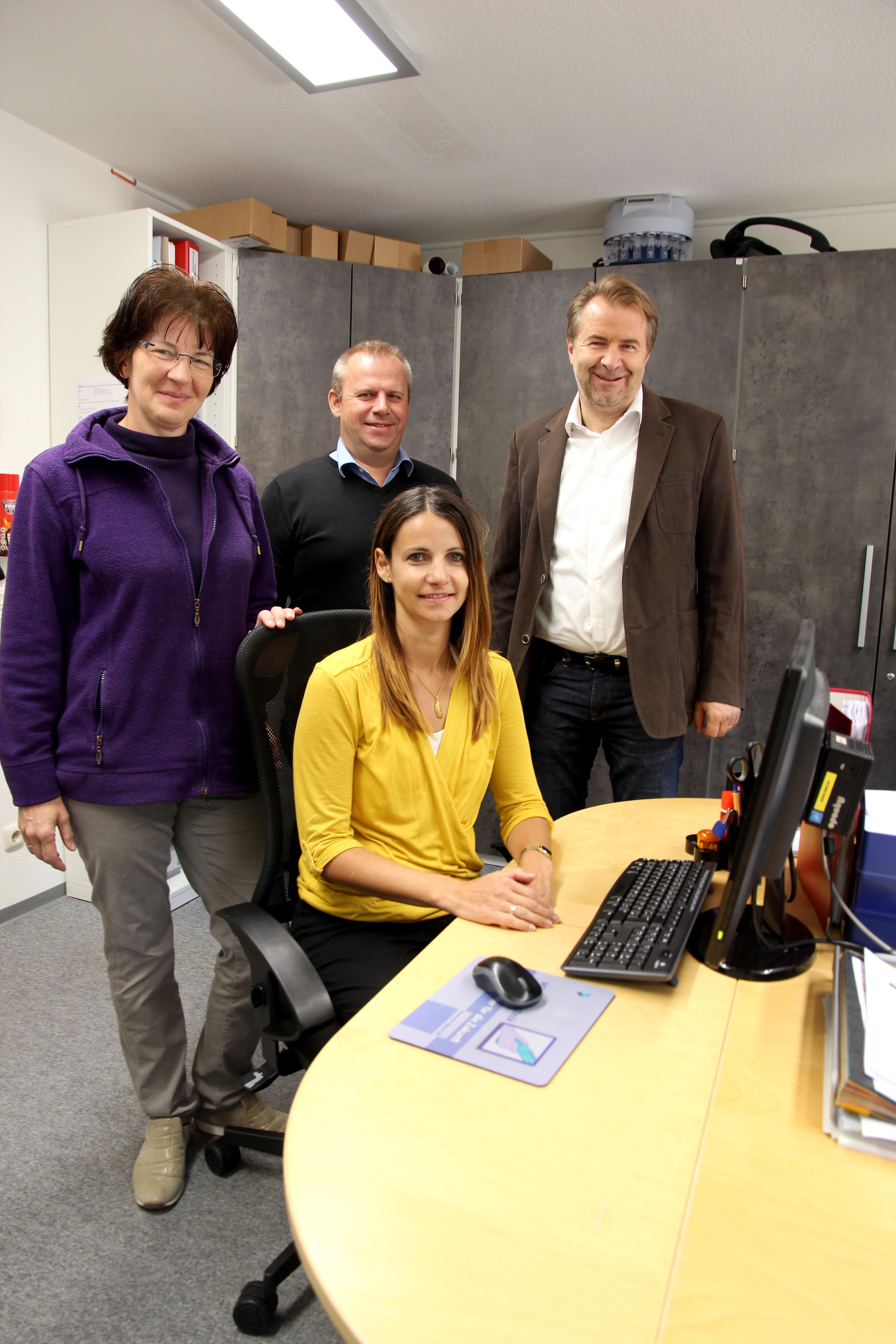 Ramona von der Lehr (vorn) unterstützt derzeit (v.l) Verwaltungsfachkraft Ulla Maul und Wohnstättenleiter Dietmar Meinlschmidt, hier mit Ausbilder Jochen Potzel.
