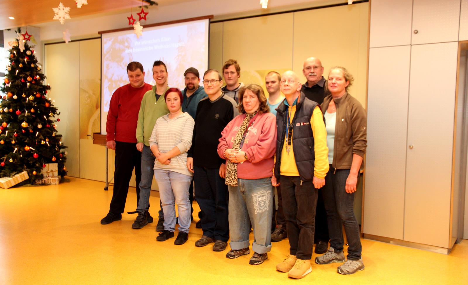 Freisprechungsfeier 2017: Absolventen des Berufsbildungsbereichs mit Werkstattleiter Hans-Manfred Wolf, Agnes Bäuerle und Werkstattrat Stefan Mancini.