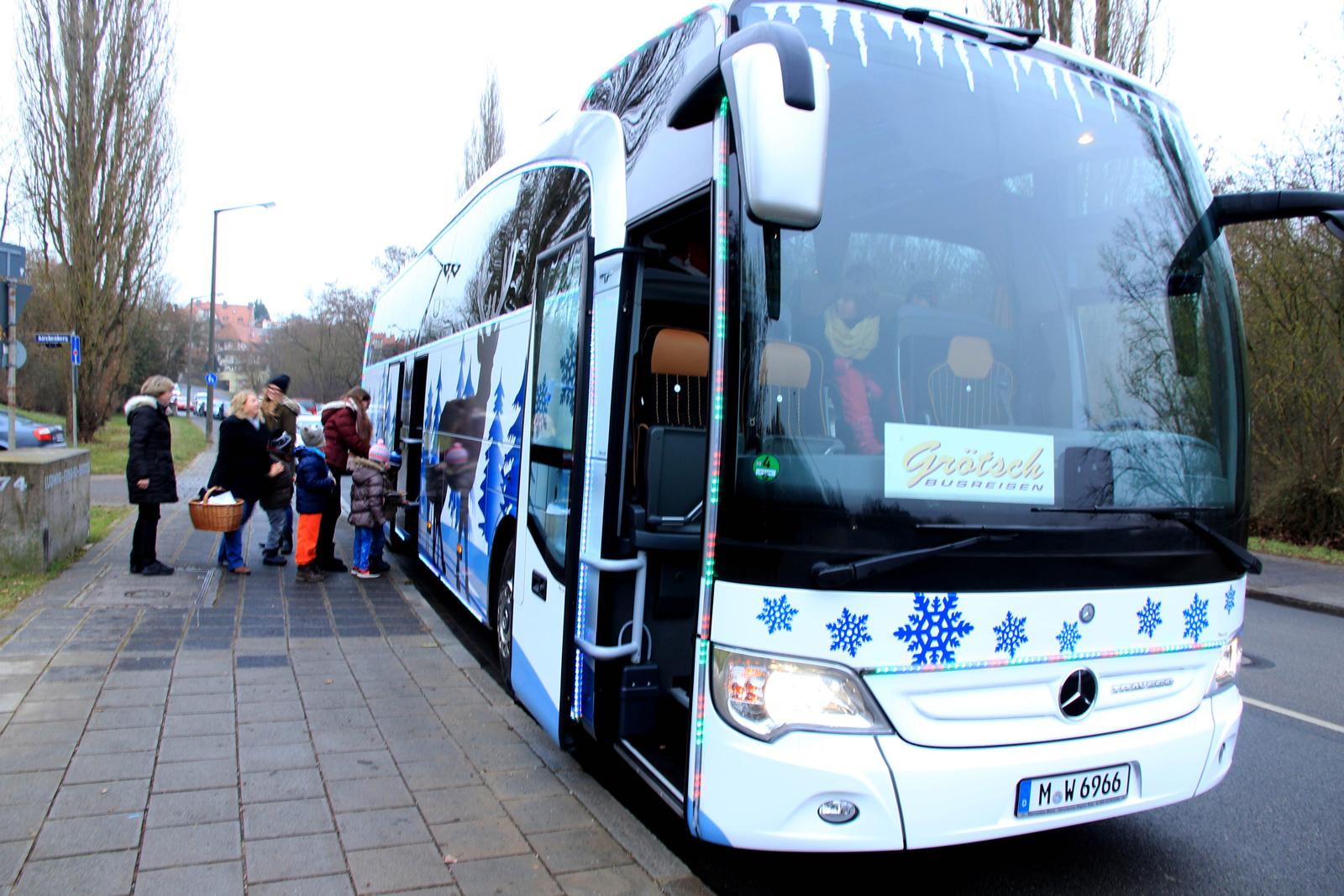 Grötsch-Reisen spannte seine Rentiere ein: Die Kinder waren vom leuchtenden Bus im Weihnachtsdesign begeistert.