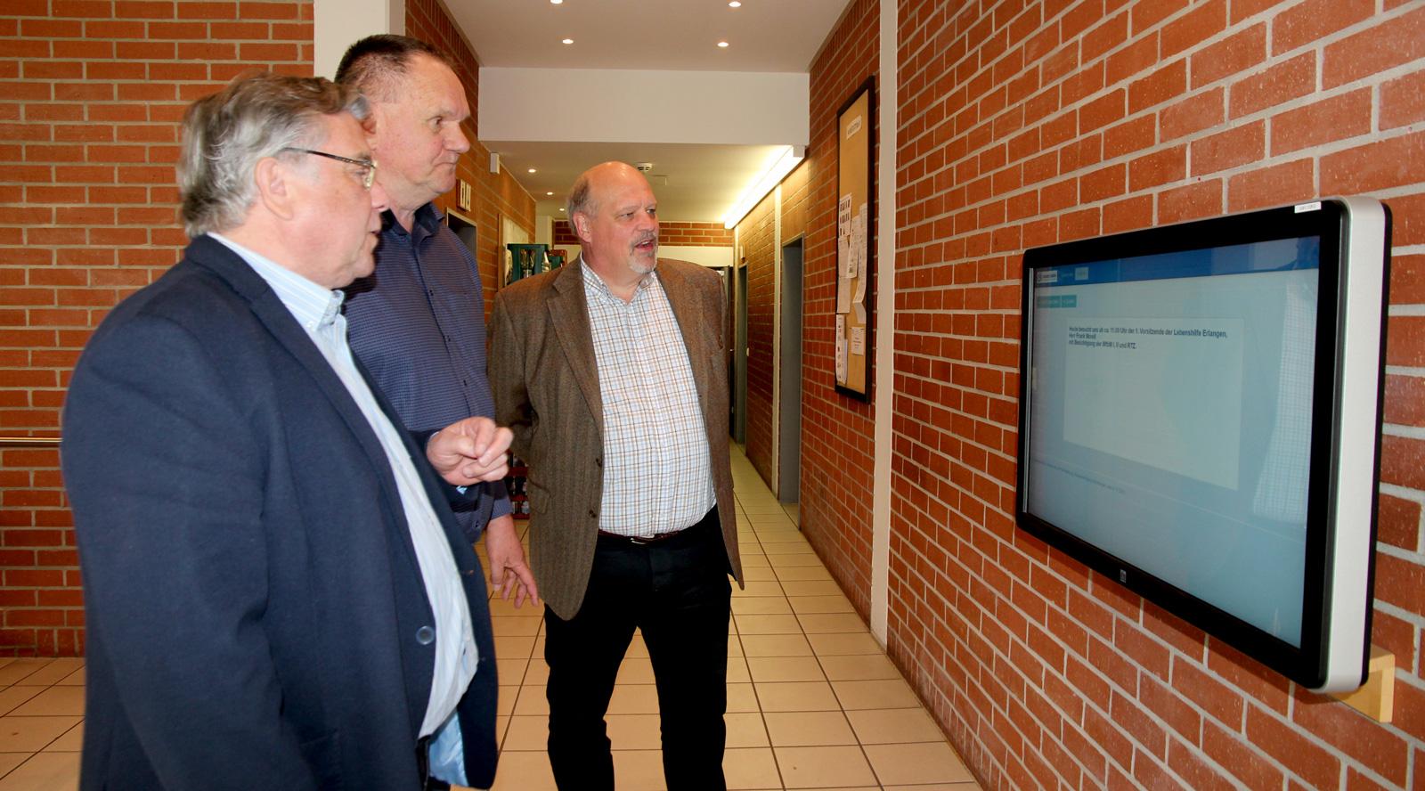 Morell zeigte sich beeindruckt von den Angeboten für die Belegschaft, wie die Touchscreens (Szene).