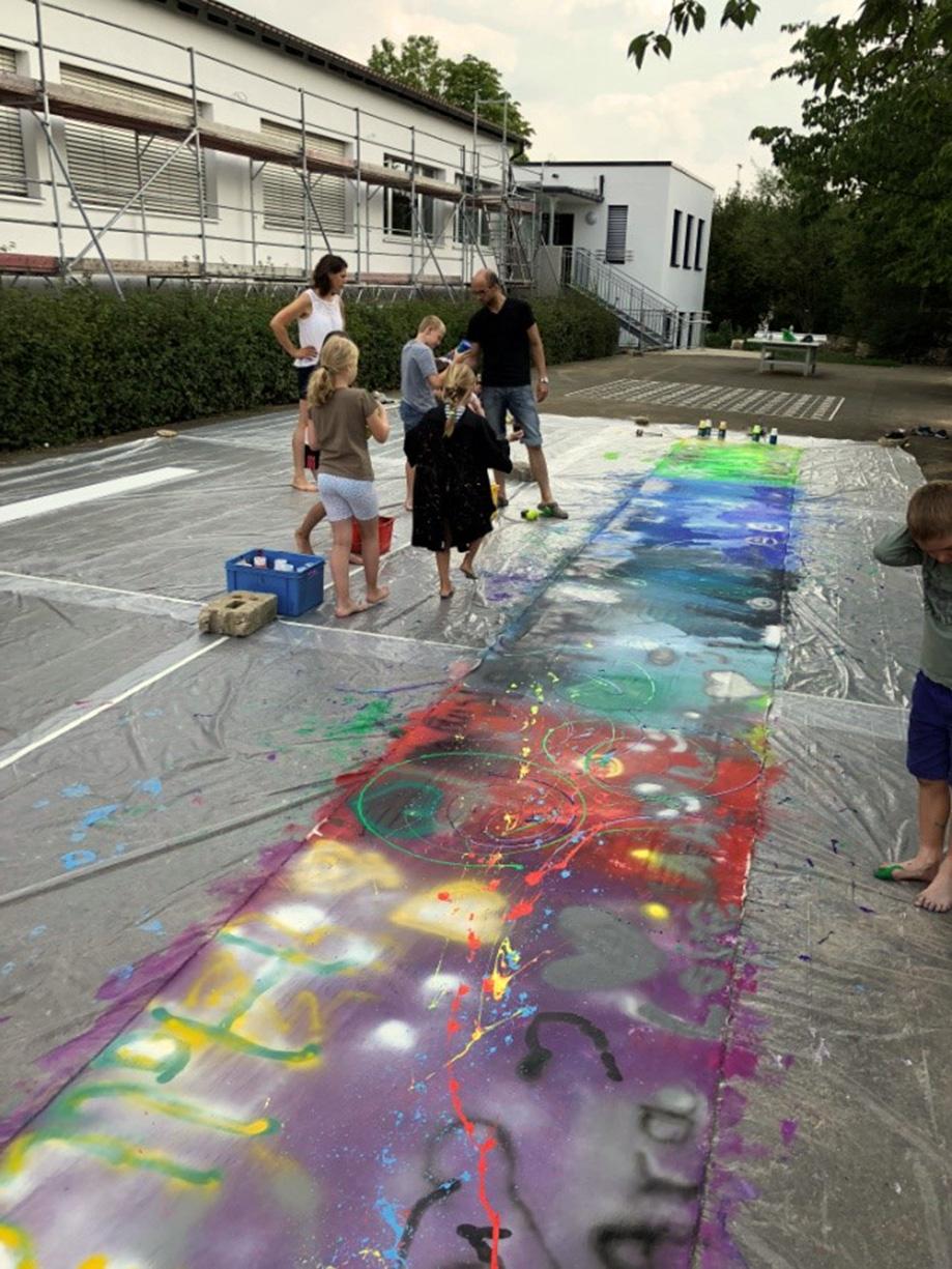 Action Painting-Aktion als Einzugsgeschenk für den Kinderhort Krempoli