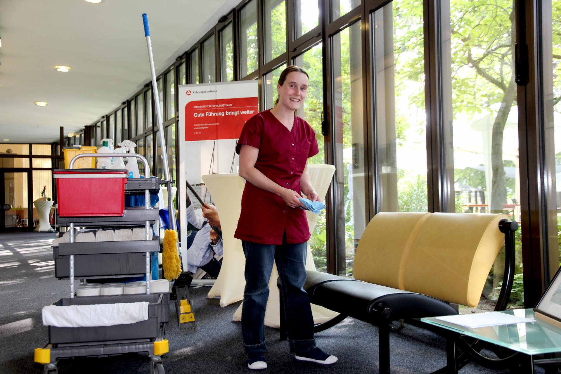 Erst wenn alles picobello ist, dann ist Michaela Dressel zufrieden. Beim Housekeeping in der Führungsakademie der Bundesagentur für Arbeit in Lauf hat die junge Frau mit Handicap ihre berufliche Erfüllung gefunden.