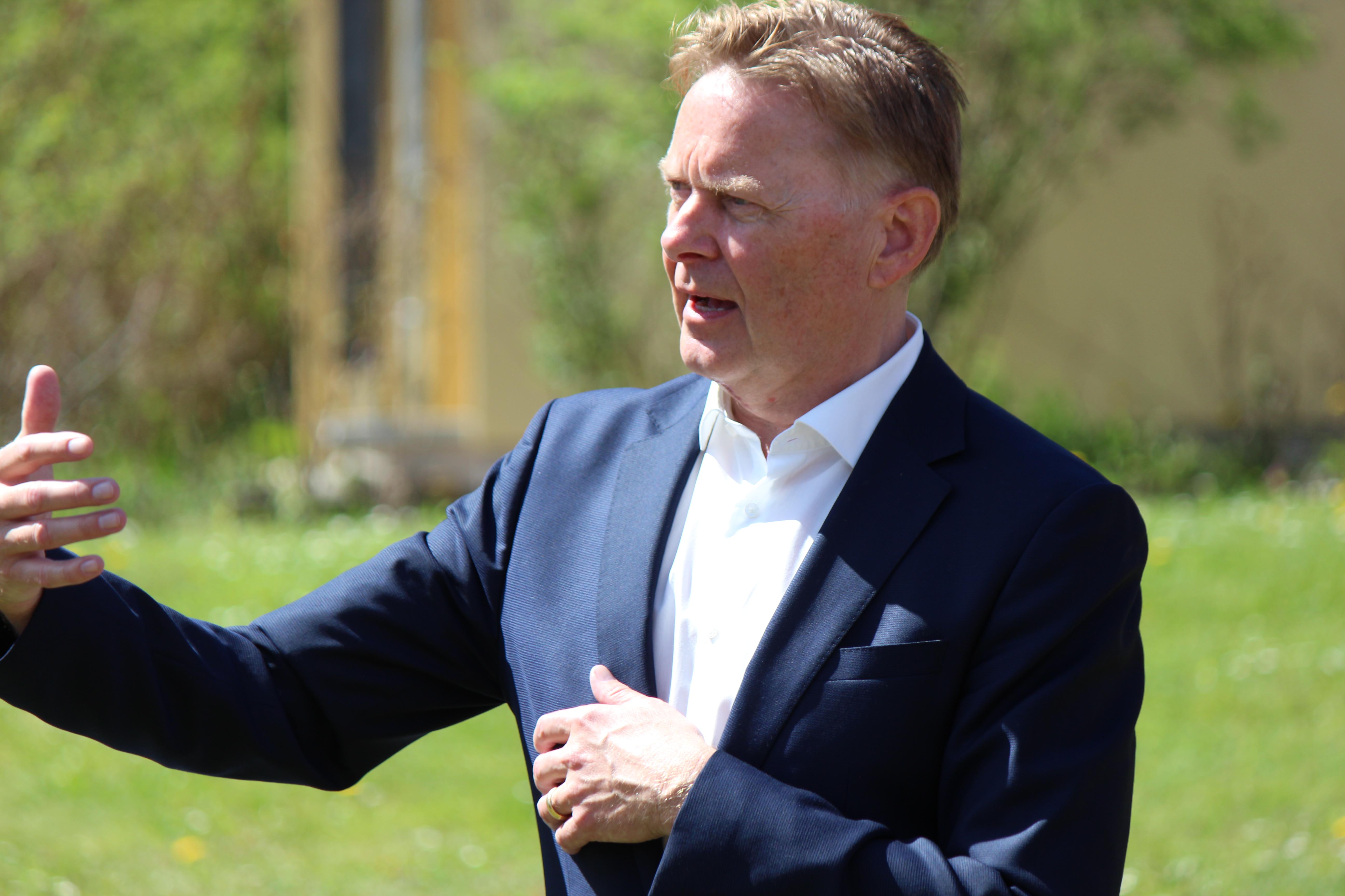Norbert Dünkel freute sich sichtlich über die Auszeichnung, die coronabedingt nur im kleinen Kreis stattfinden konnte.