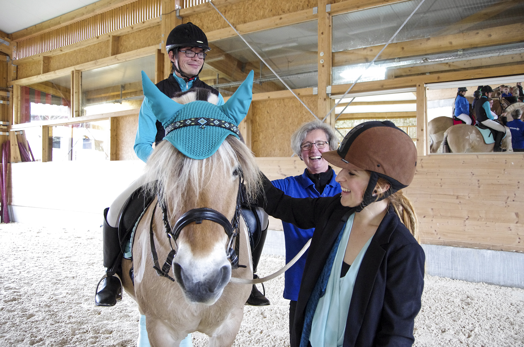 Christian, Kathrin und Azubi Helene haben mit Rusty viel Spaß bei der Vorbereitung auf den integrativen Führzügel-Wettbewerb.