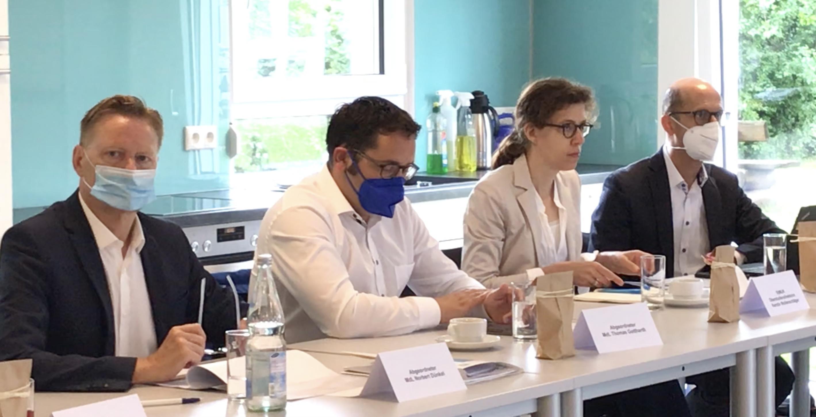"""Zur Vorstellung des Projekts """"Schulstarthelfer"""" der Lebenshilfe Nürnberger Land hatte Landtagsabgeordneter Norbert Dünkel, Vorsitzender der fraktionsübergreifenden Arbeitsgruppe Inklusion (FAGI), Abgeordnete der CSU, FWG, FDP und der GRÜNEN eingeladen."""
