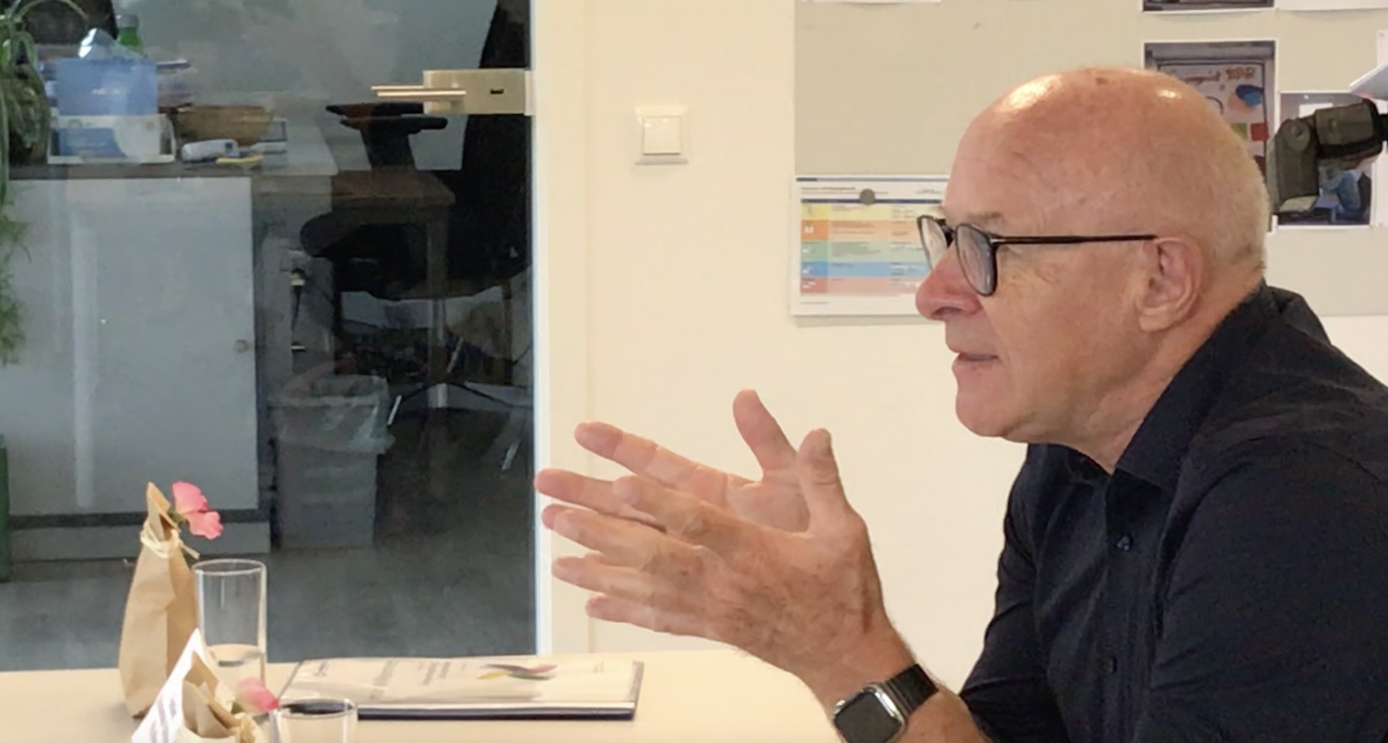 """Norbert Hanke erläutert mit Philip Minkenberg das Modell des """"Schulstarthelfers"""""""