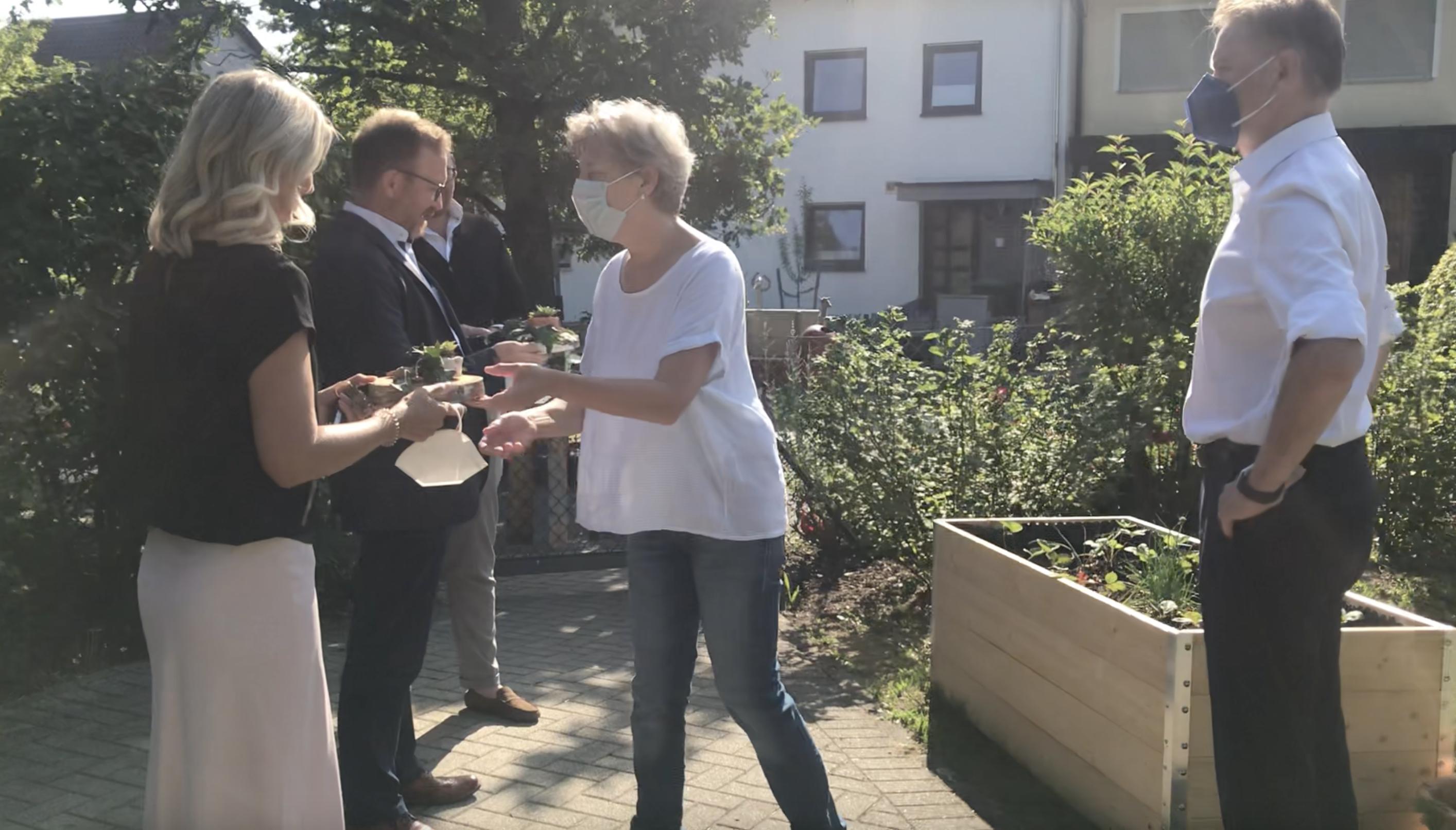 Die Spender der Sparkasse Nürnberg, Simone Heubeck und Otfried Bürger, freuten sich sehr über das grüne Dankeschön, das Kita-Leiterin Sabine Hartmann überreichte.