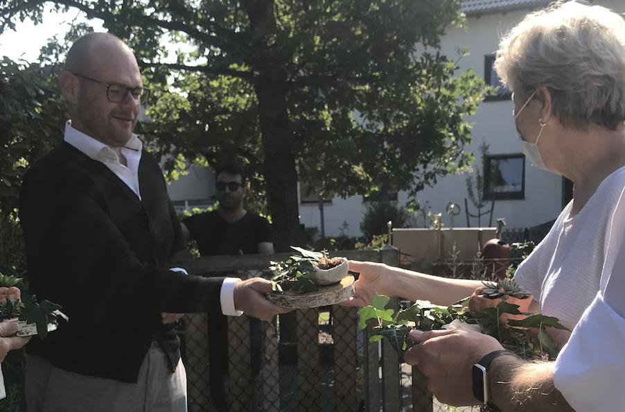Geschäftsfüher Dennis Kummarnitzky freute sich über die Spende der Sparkasse Nürnberg und die tolle Umsetzung der Kita-Hersbruck. Das grüne Giveaway stelle er sich gern auf den Schreibtisch.