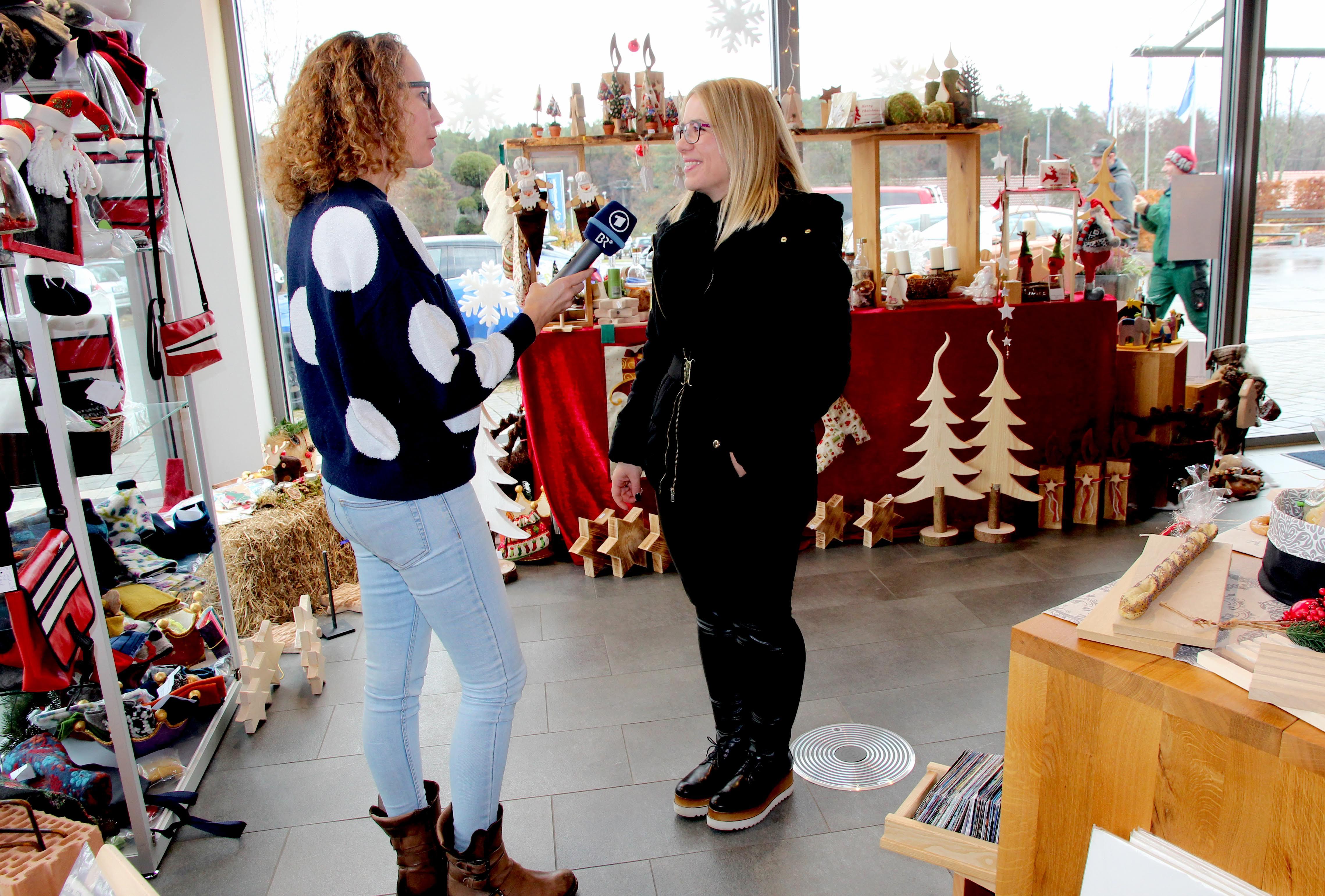 """Für die Sendung auf Bayern 1 """"Mittags in Franken"""" interviewte BR-Redakteurin Christine Weirauch unter anderem Mitarbeiterder der Produktion sowie Kunden."""