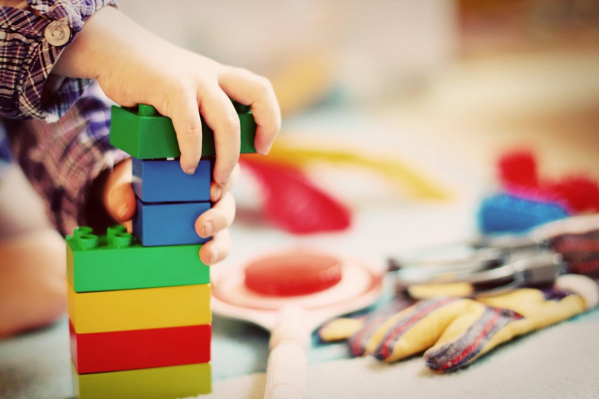 Symbolfoto / Kita / Kinderhände - Lego / freies Foto Pixabay