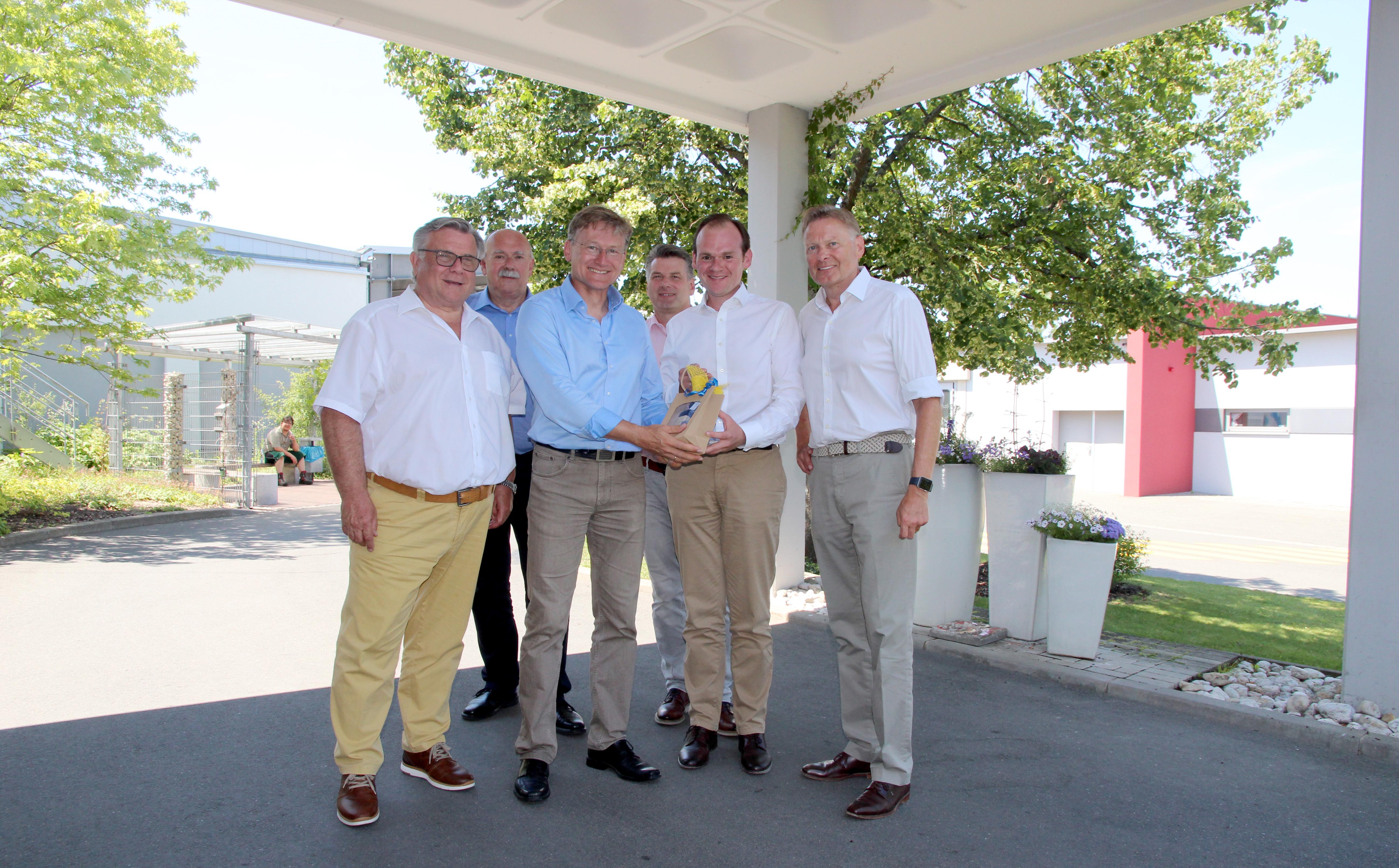 CJT-Chef (Bildmitte) freute sich auch sehr über das fränkische Guzzi, Brotaufstriche, die in der Großküche der Moritzberg-Werkstätten hergestellt und im Werkstattladen verkauft werden.