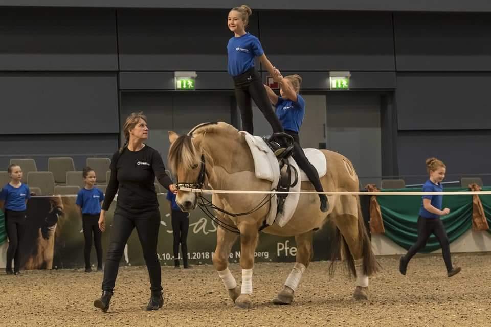 """Voltigiershow auf der """"Faszination Pferd"""": Inklusion durch Reitsport zeigte das Team der NÜRNBERGER Versicherung und der Lebenshilfe."""