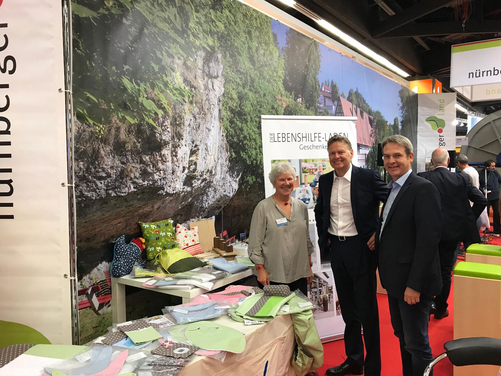 Am Landkreisstand für Produkte der Moritzberg-Werkstätten geworben. Geschäftsführer Norbert Dünkel dankte gegenüber Frau Crueger, die viele Jahre schon die Lebenshilfe ehrenamtlich unterstützt.