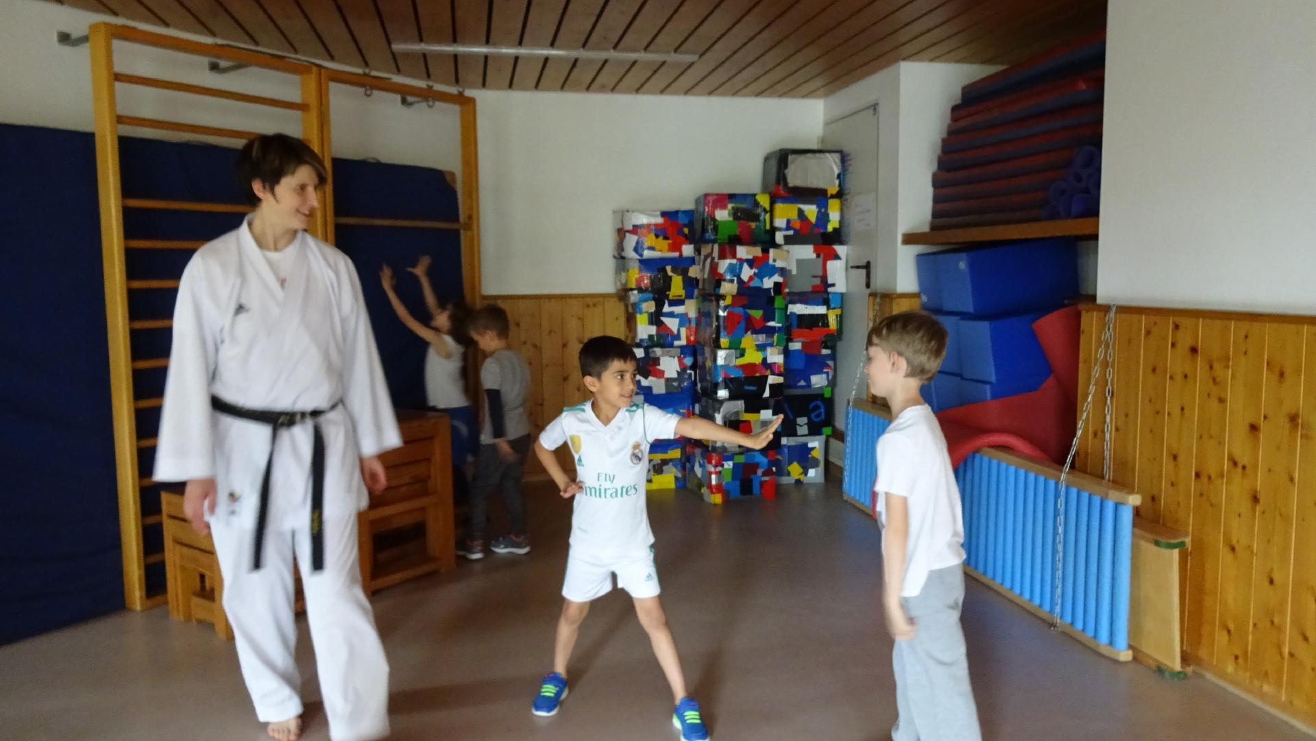 Vorschulkinder trainieren Selbstverteidigung