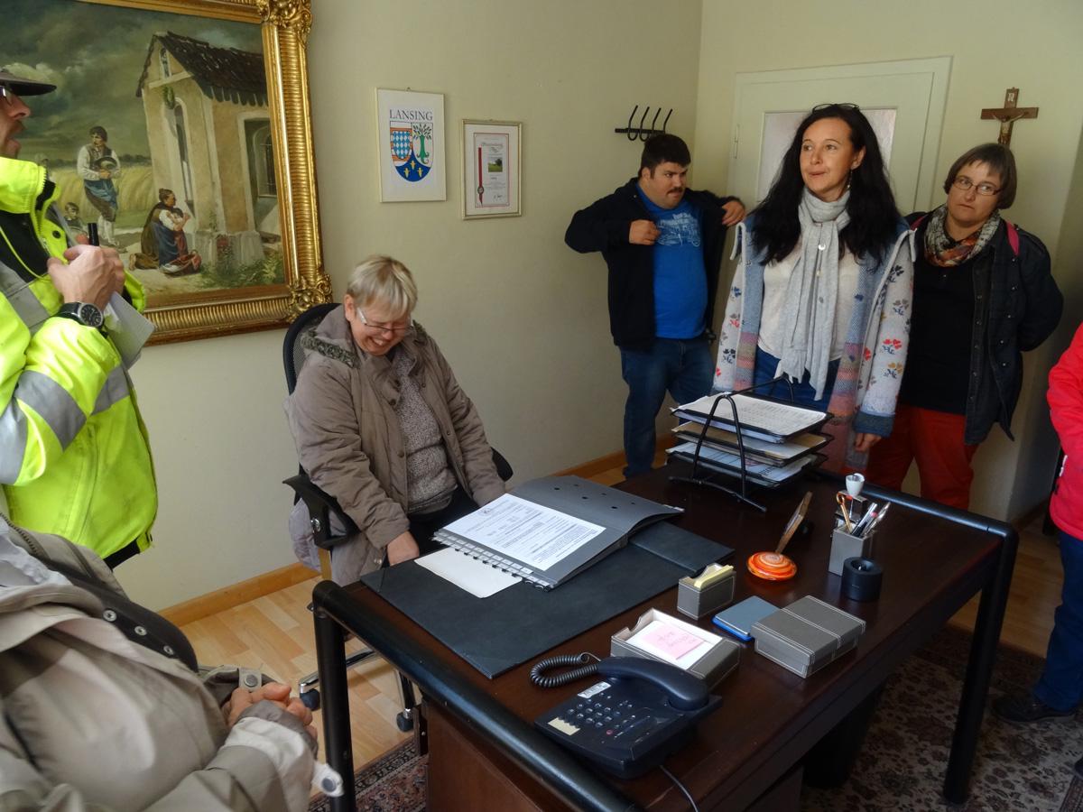 Probesitzen auf dem Bürgermeistersessel gefiel Bewohnervertreterin Gabriele Näder gut.