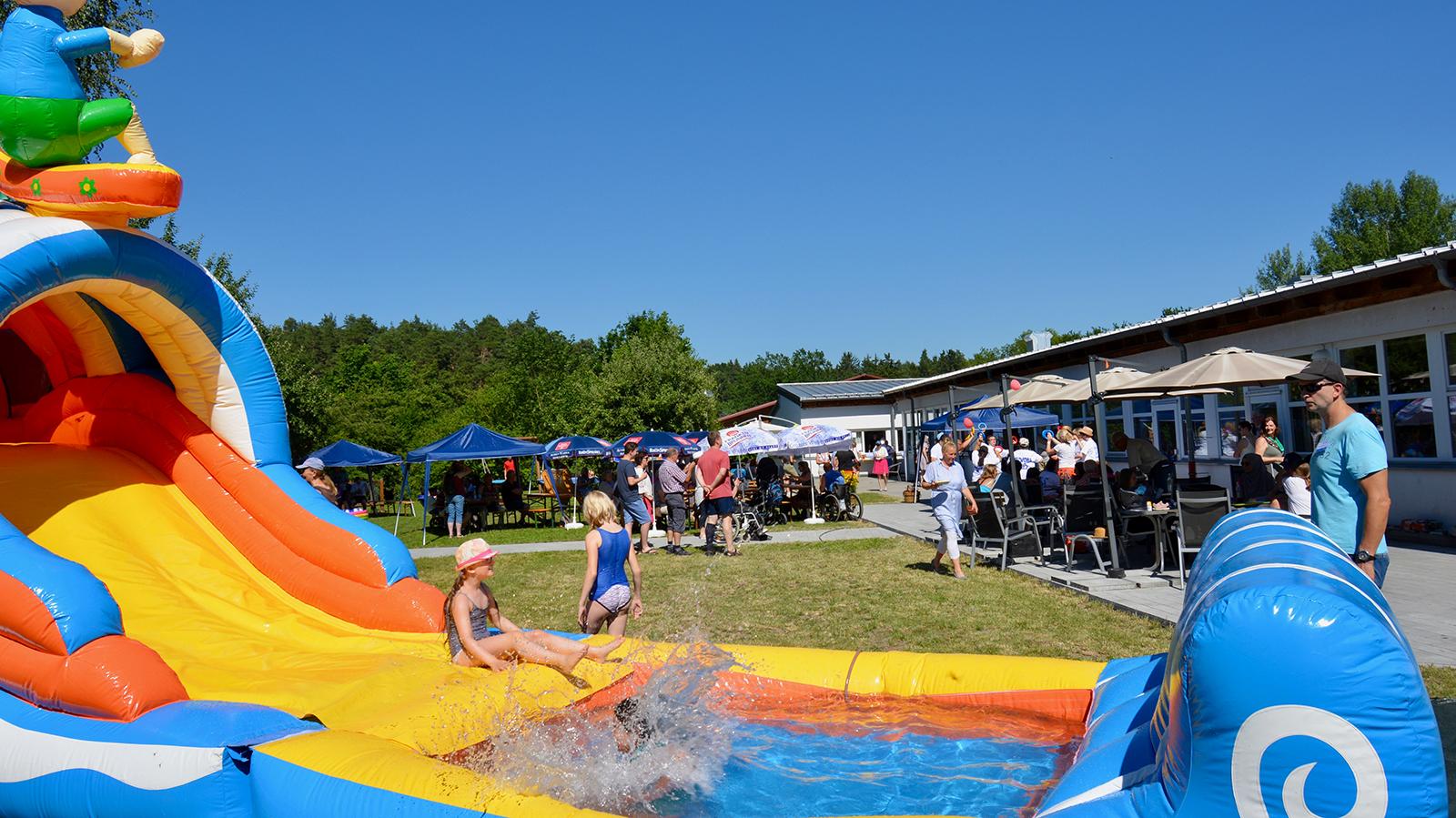 Mit eine Beach Party feiert der Familienentlastungsdienst sein Jubiläum. Stark frequentiert war bei den tropischen Temperaturen die neue Hüpfburg, deren Rutsche direkt ins kühle Nass führte.