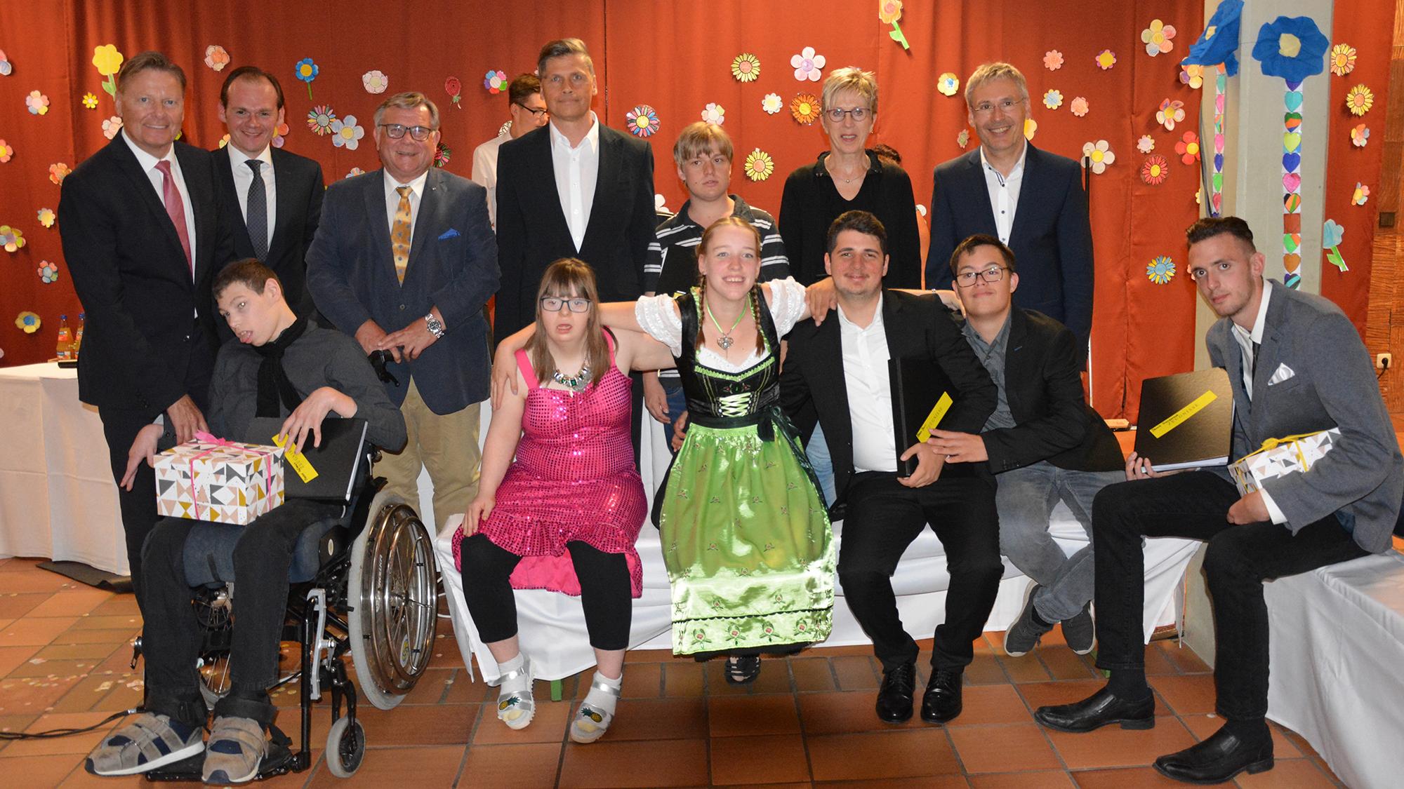 Die Schülerinnen und Schüler der Abschlussklasse der Dr. Bernhard Leniger Schule die nun ihre Abschlusszeugnisse überreicht bekamen mit Schulleitung und Vertretern des Trägers.
