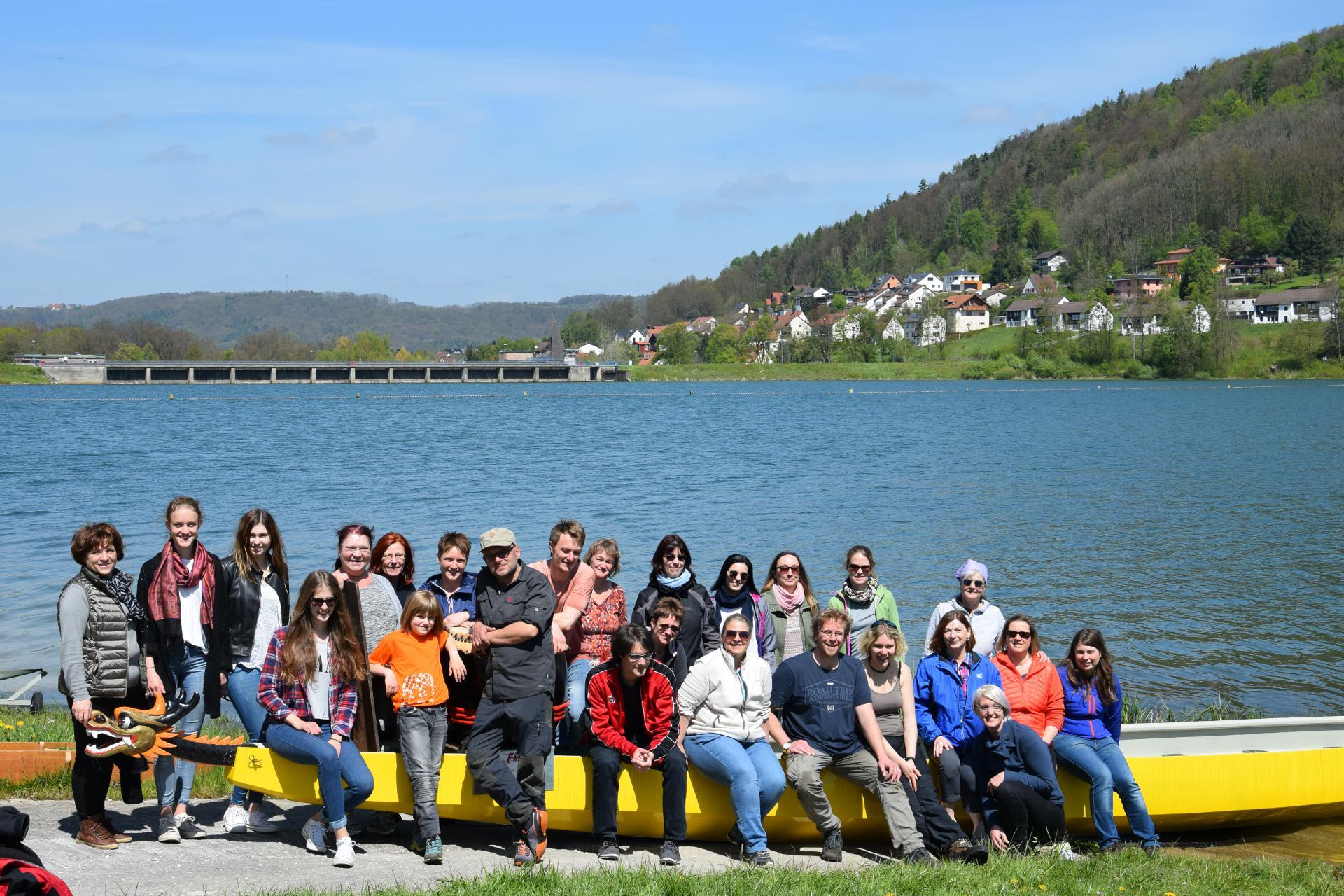 Die Mitarbeiter der HPT beim Drachenbootfahren