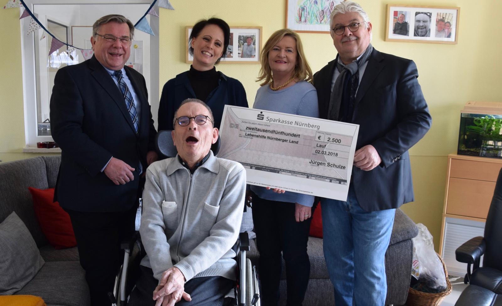 Großzügige Spende für Senioren fördert Inklusion v.l.n.r. Gerhard John, Martina Voigt, Eheleute Schulze, vorn Norbert Mahlich.