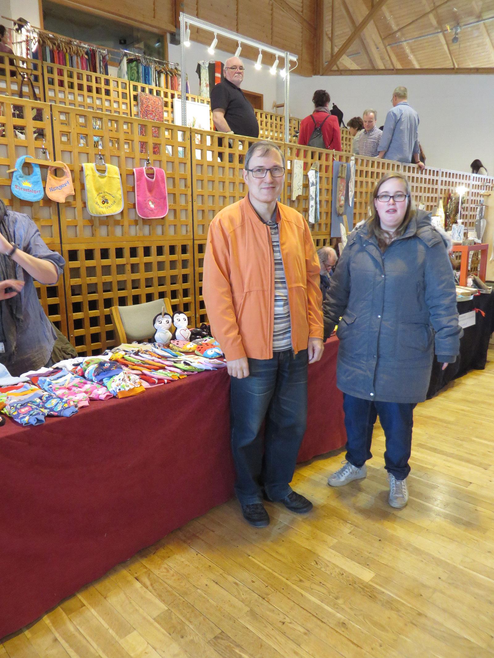 Der Hobbykünstlermarkt war gut besucht. Auch die Bewohner der Inklusiven Wohnwelt in Altdorf nutzten das herrliche Sonntagswetter zum Shoppen.