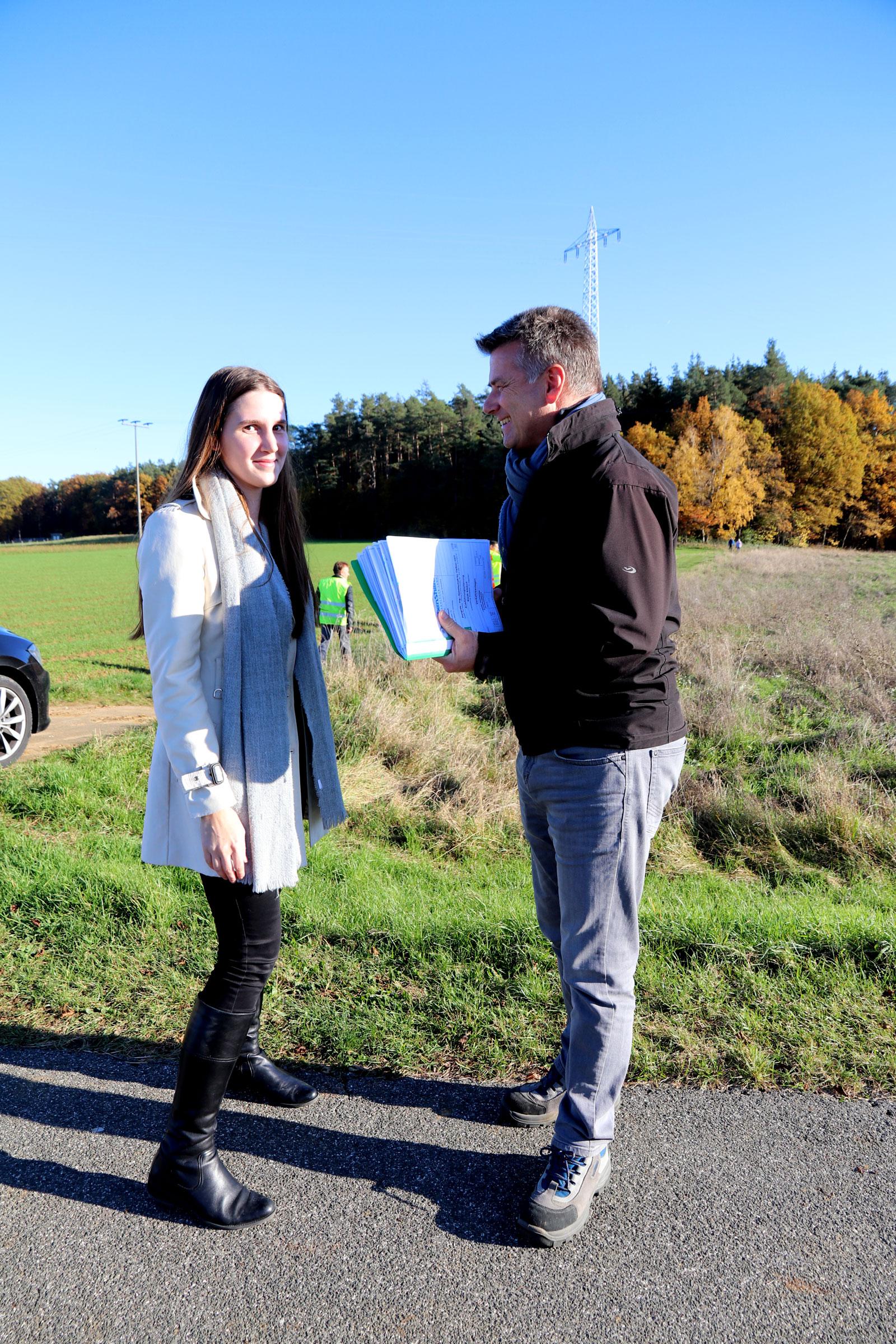 Foto zeigt die zuständige Bauleiterin des Planungsbüros Pongratz mit Lebenshilfe-Verwaltungsleiter Clemens Schramm am Baugrundstück an der Waldspitze in Altdorf.