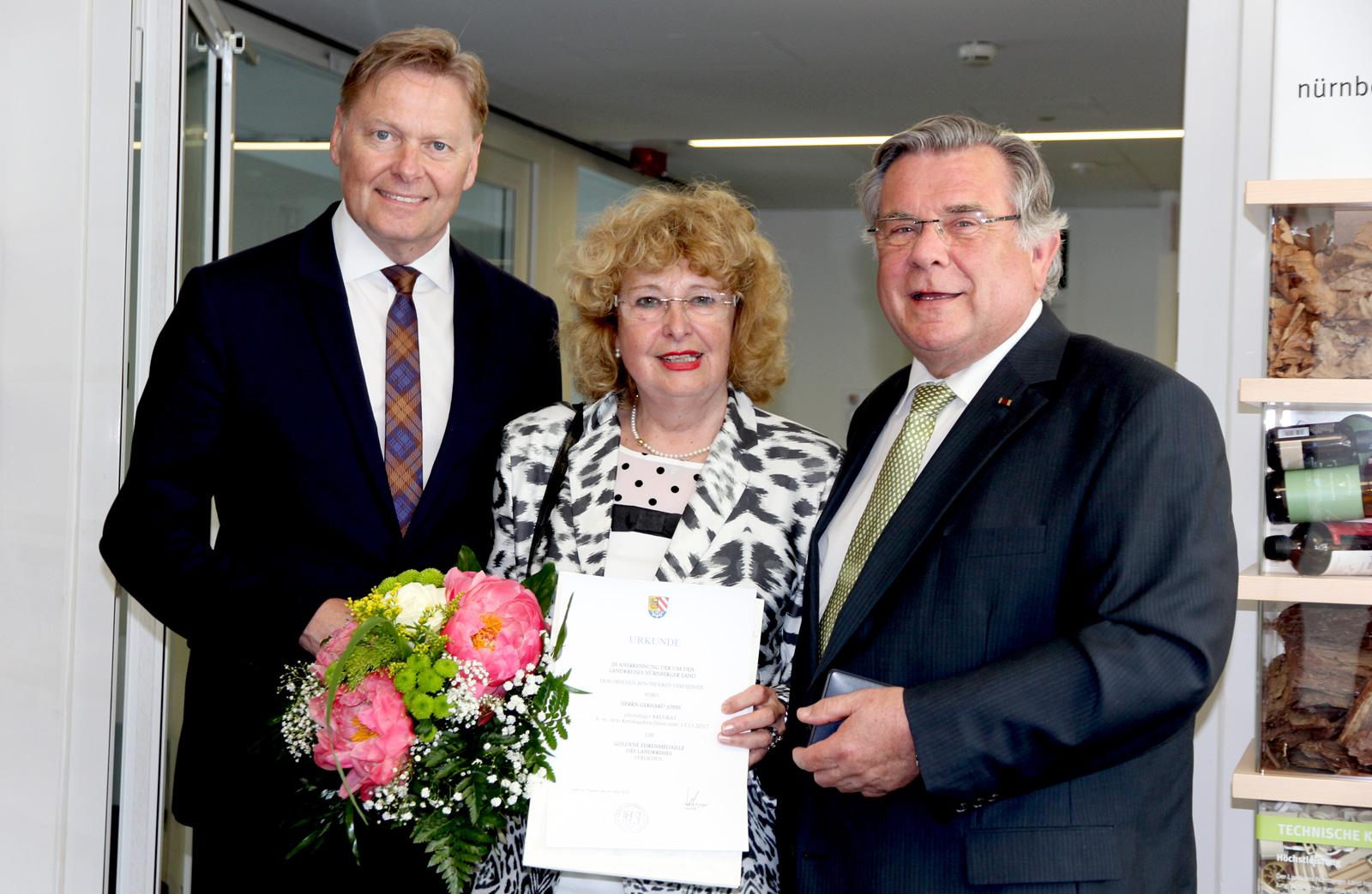 Dank und Lob zollte Geschäftsführer Norbert Dünkel (links) dem Geehrten und dessen Ehefrau Inge.