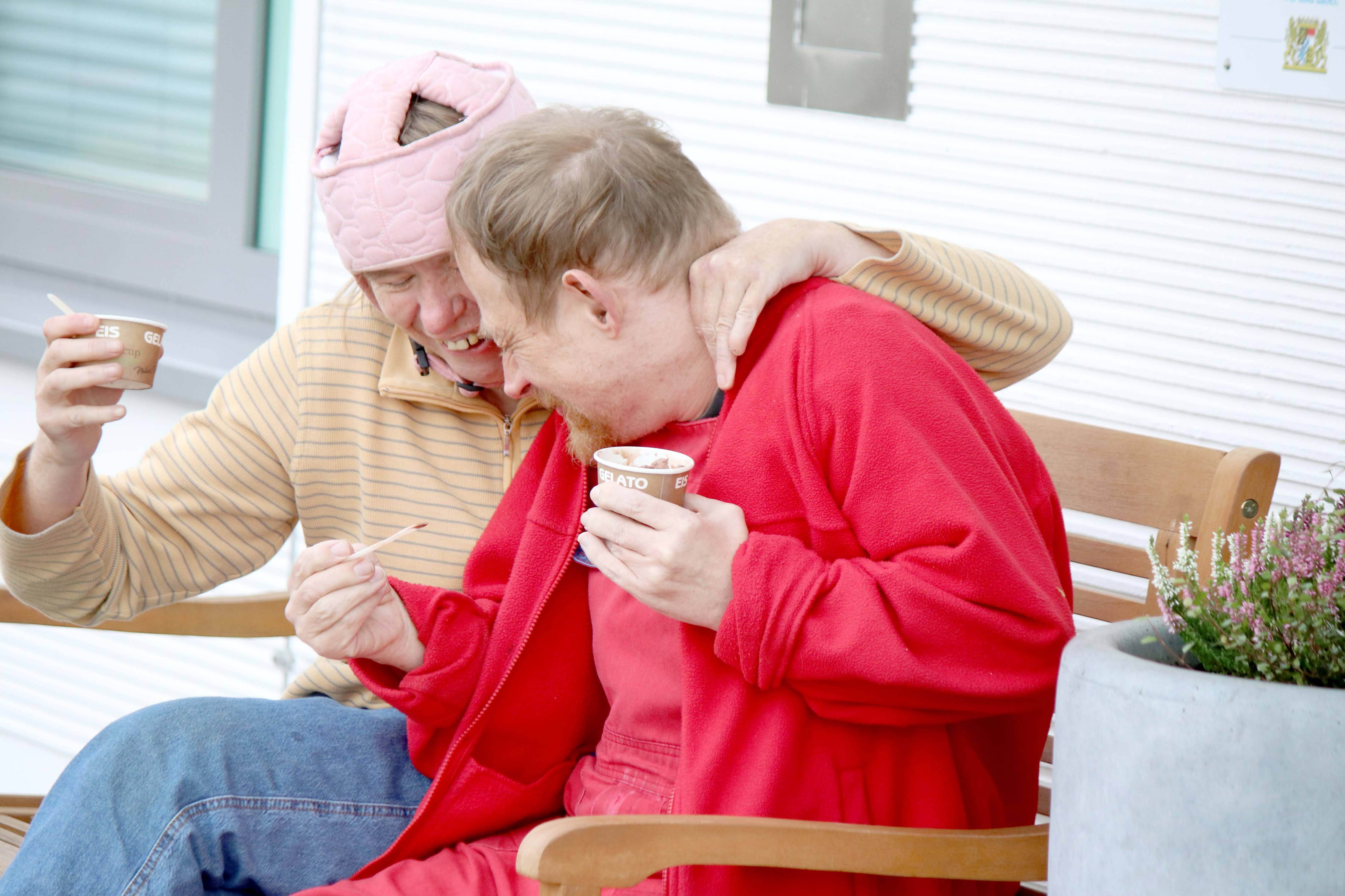 Feierabend ist schon toll! Doch eine Portion Eis hebt die Stimmung gleich immens, wie das Foto mit Bewohnerin Sonja Spieß und Bewohner Christian Eibert, zeigt.