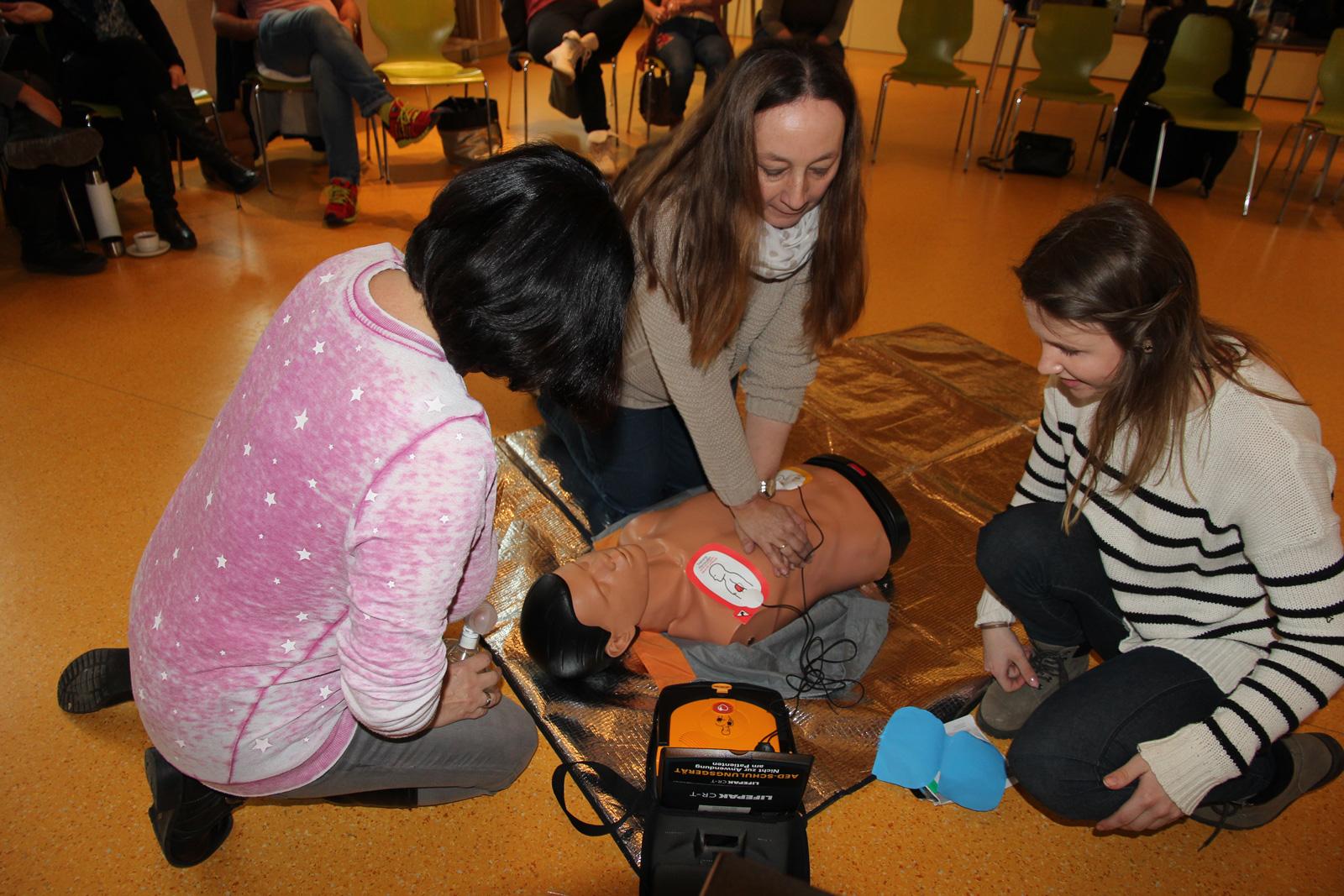 Praktische Tipps gab BRK-Trainer den betrieblichen Ersthelfern beispielsweise bei der HWL bzw. dem richtigen Umgang mit dem Defibrillator.