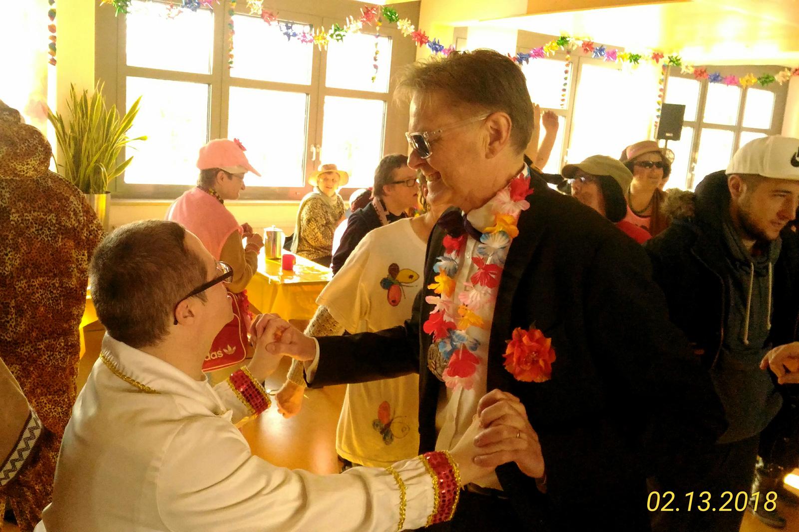 Michi Odörfer und Norbert Dünkel beim Tanz – die Karnevalisten von Hilaritas heizten ein und sorgten bei der Lebenshilfe in Schönberg für eine tolle inklusive Kehraus-Party