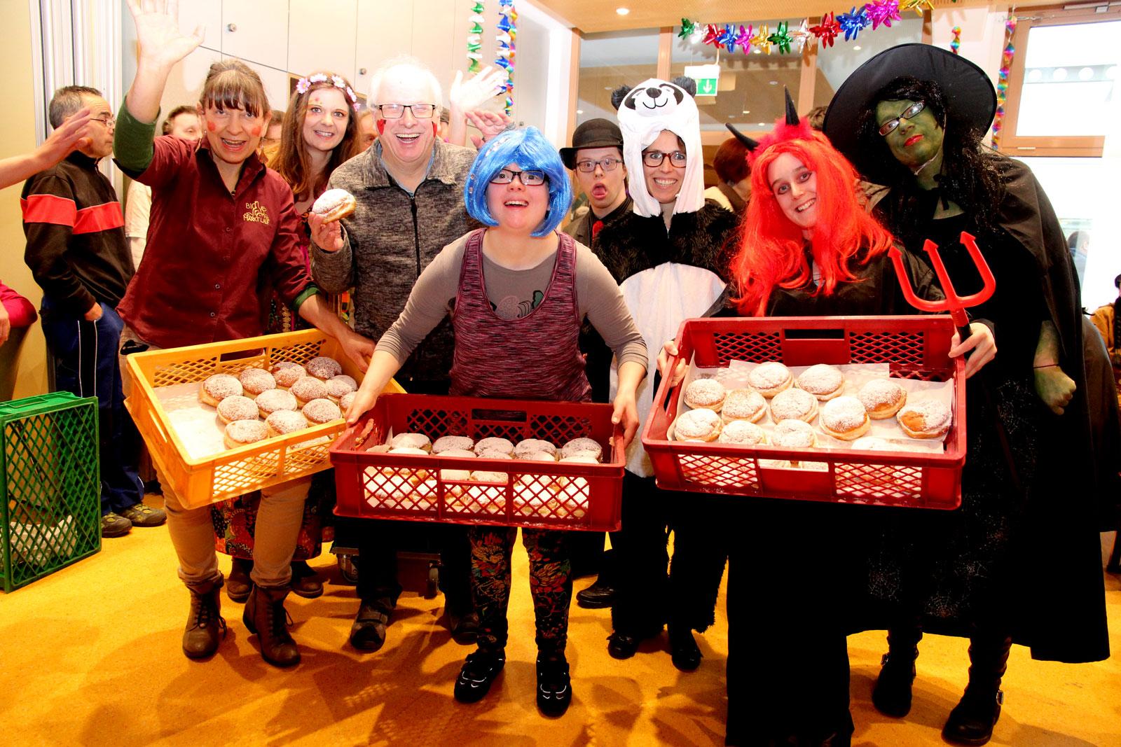 Fluffig und biofrisch: Die Krapfenspende von Biomarkt-Chefin Erika Vogel (links im Bild) kam bei den Matschkerern gut an!