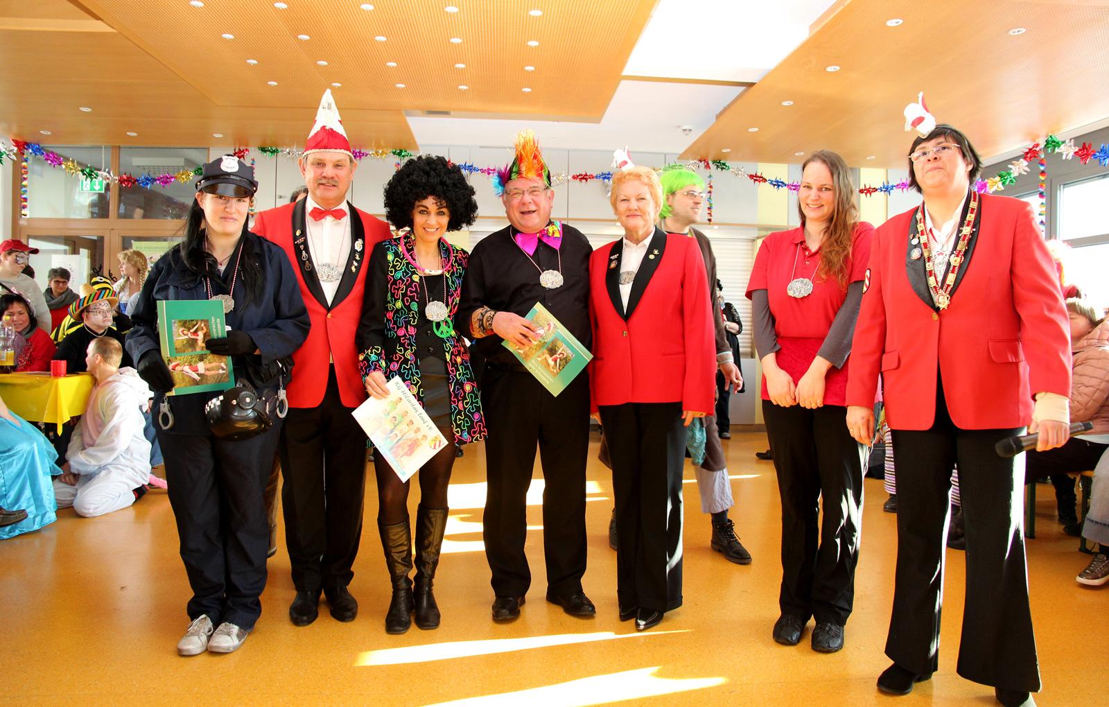 ... unter anderem wurde Lydia Stähle (links, Werksattrat) mit dem inklusiven Heiterkeitsorden der KG Hilaritas ausgezeichnet.