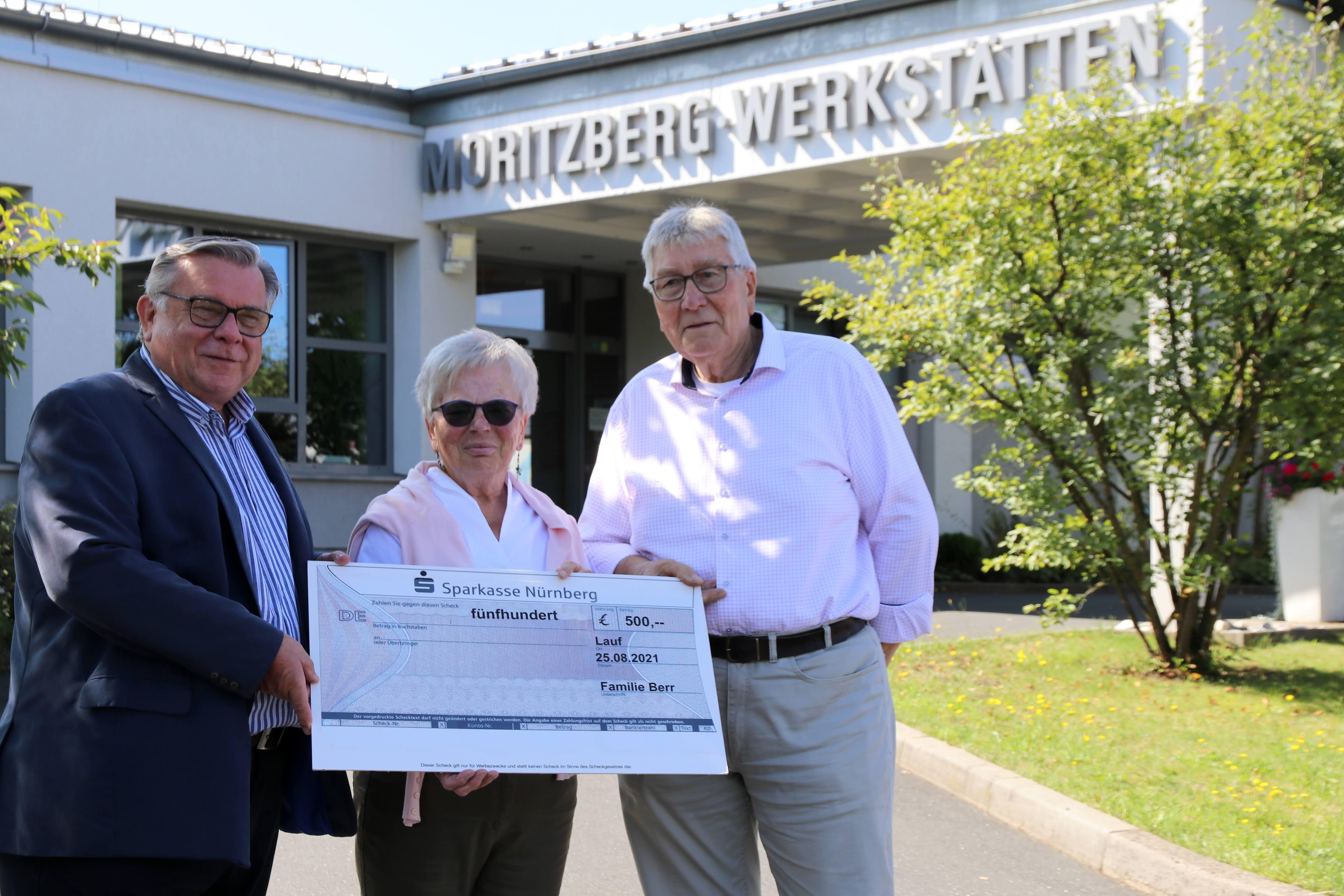 Lebenshilfe-Chef John dankte sehr herzlich gegenüber Familie Berr, die anlässlich ihres goldenen Ehejubiläums 500 Euro zu Gunsten der Lebenshilfe Nürnberger Land spendete.