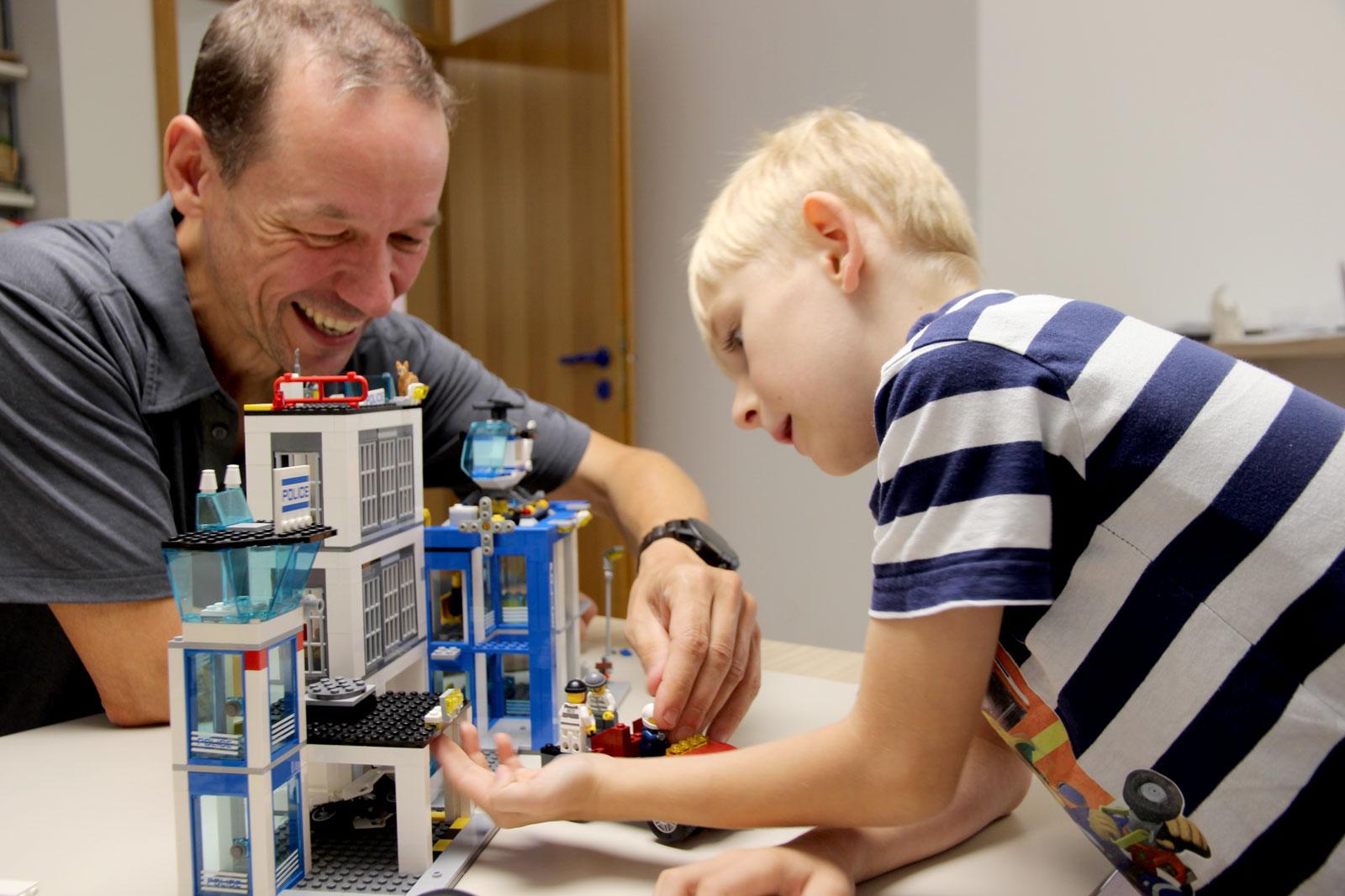Mit Freude lernen: Mit Begeisterung bringt sich Tim ins Spiel ein. Durch verschied. Impulse weist Diplomsozialpädagoge Bernd Mirbach Tims Spiel.