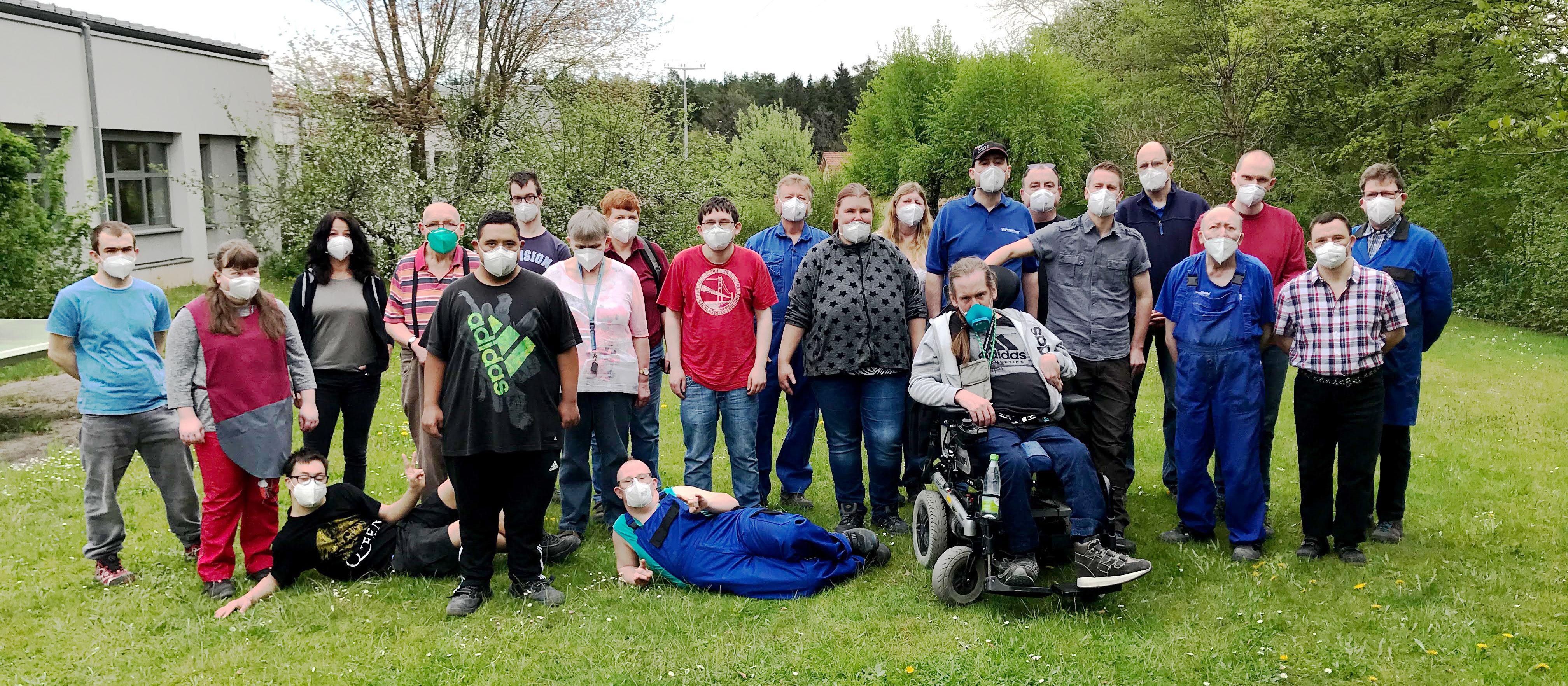 Eine schöne Erinnerung: Gruppenleiter Janker (6. v. r.) wechselt von der Fertigung 2 in den Berufsbildungsbereich (BBB). Zum Abschied versammelte sich das Team im Garten der WfbM für ein Foto.