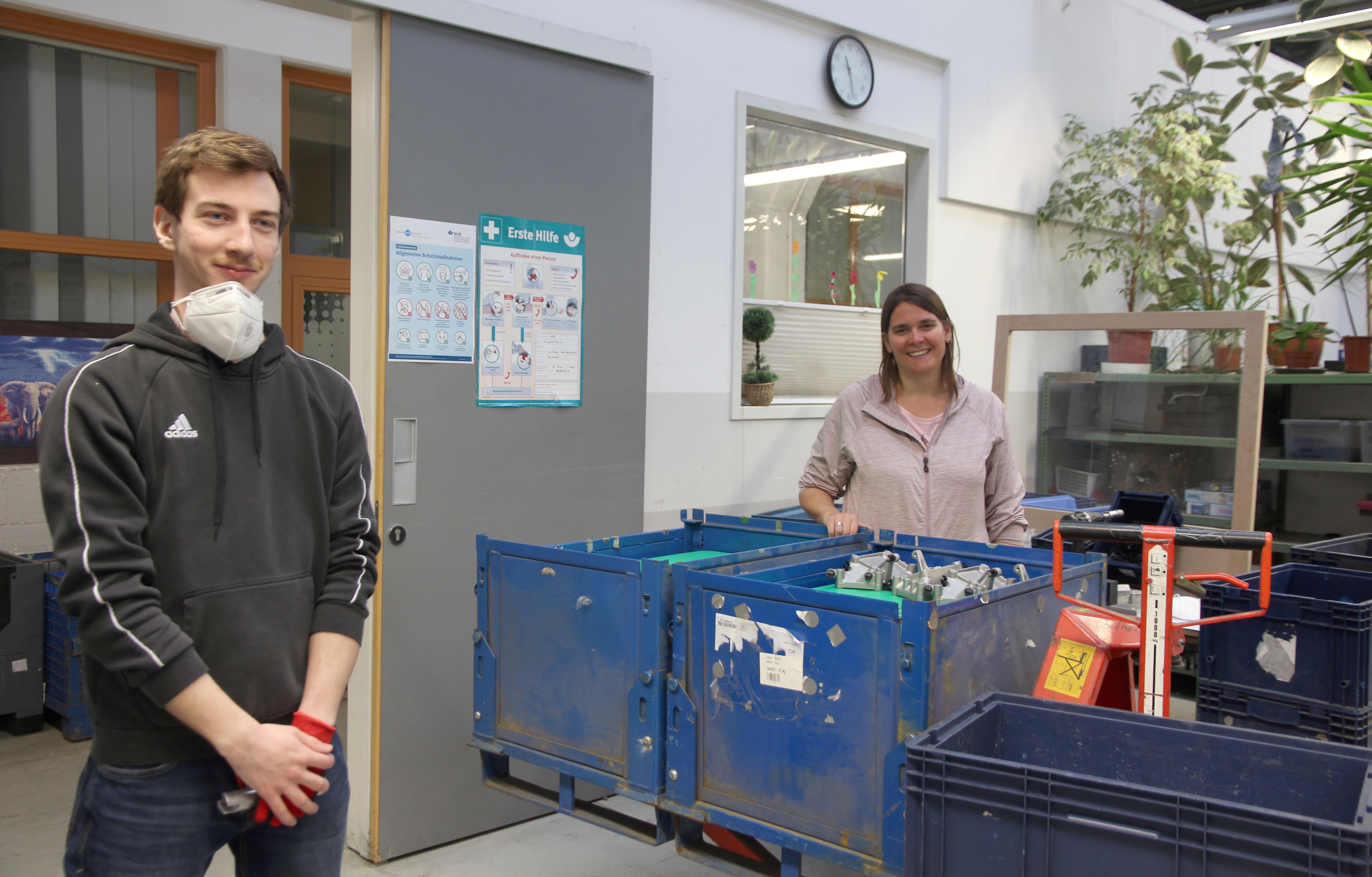 Gruppenleiterin Katrin Weber mit dem neuen Kollegen Manuel Schobert.