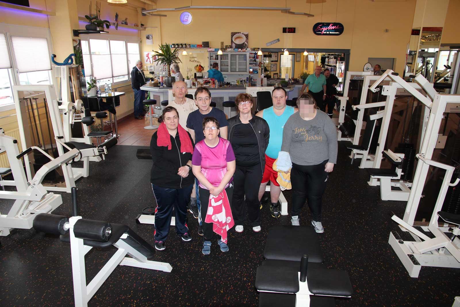 Gemeinsam Sporteln im Fitnesstraining ist gut für Körper und Geist. Einmal wöchentlich geht Gruppenleiter Jansky mit seiner Sportgruppen in die Muckibude.