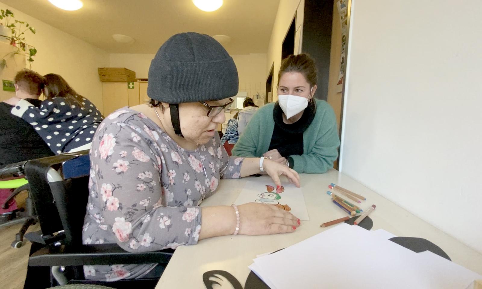 Yvonne Johnson nimmt sich möglichst viel Zeit um Betreute, Team und Abläufe in ihrer Einrichtung kennenzulernen; hier zeigt Jutta Sprenger der neuen Föst-Chefin stolz ihre Bastelarbeiten.