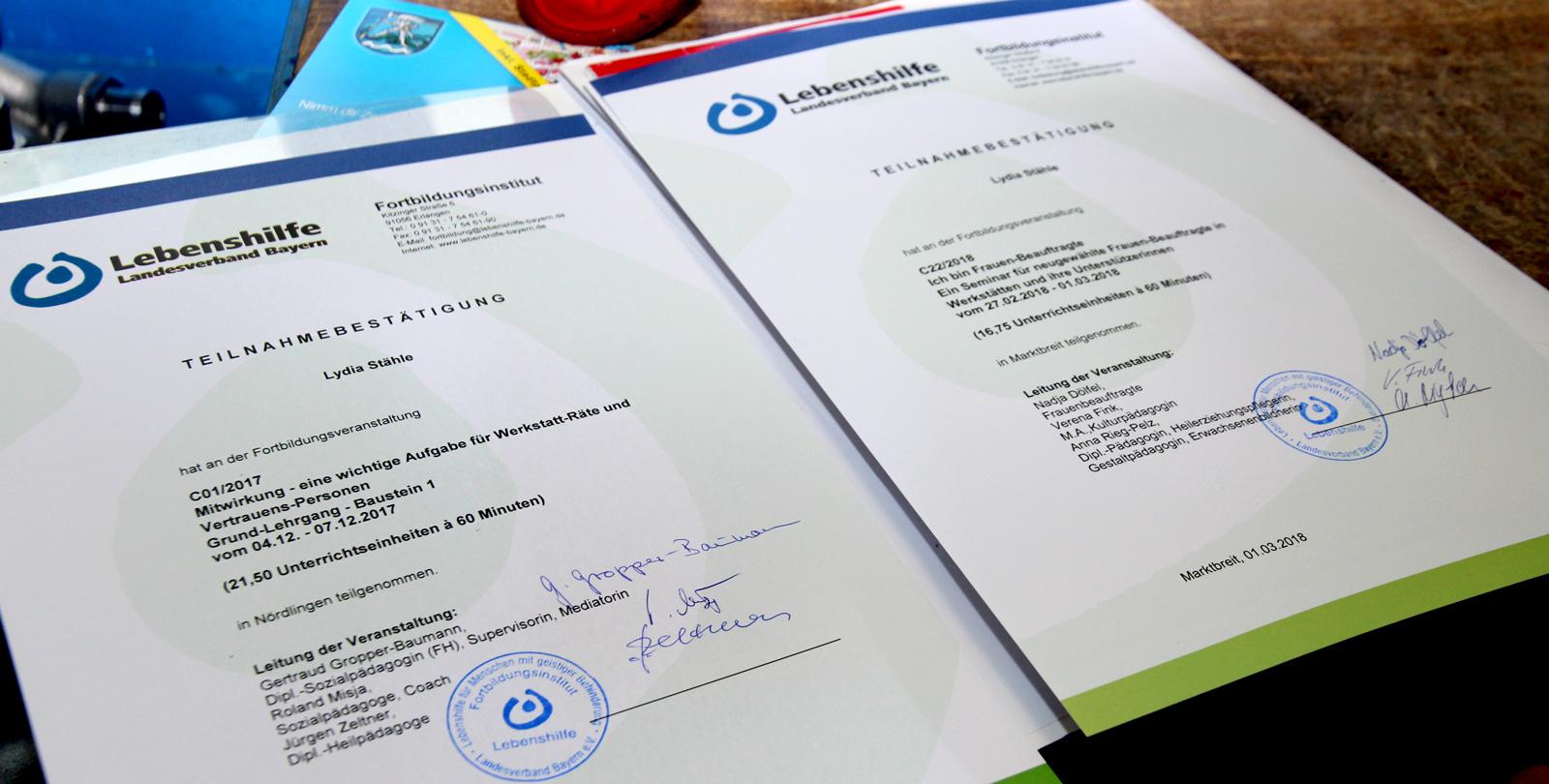 Erste Fortbildung für Werkstatträte und Frauenbeauftragte erfolgreich absolviert Stolz zeigt Lydia Stähle ihre Zertifikate in die Kamera.