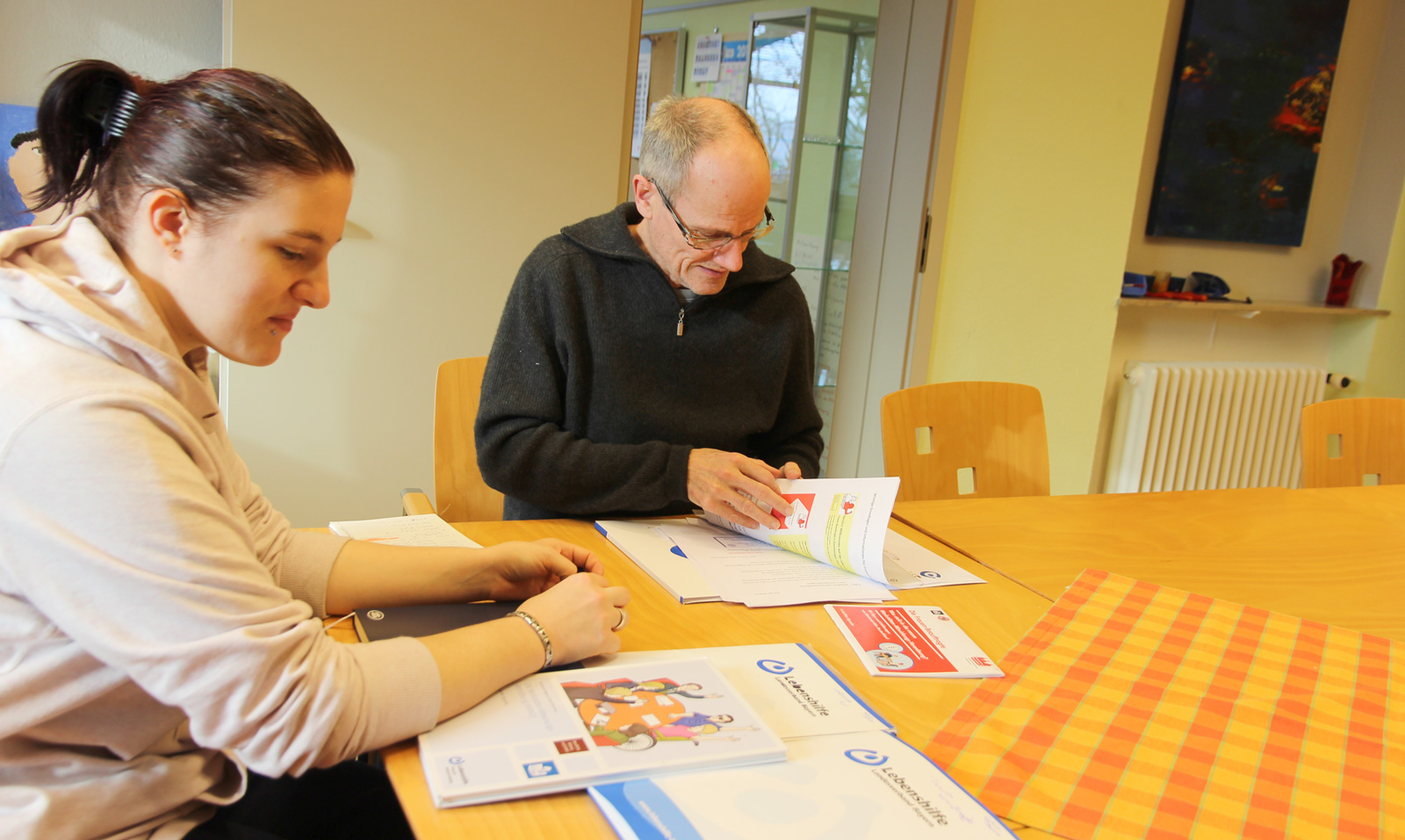 Harald Huber ist Vertrauensperson für Betreute der Moritzberg-Werkstätten; Szene zeigt ihn im Gespräch mit Lydia Stähle.
