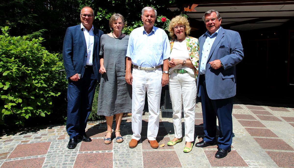 Hansgeorg Hauser (Bildmitte) und seine Ehefrau (links neben ihm) freuten sich über die Glückwünsche zu seinem 75. Geburtstag im Namen der Lebenshilfe-Familie.