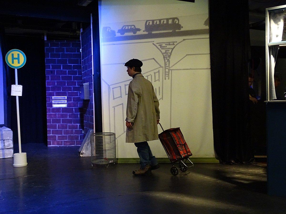 """Bühnenbild: Herr Blum und sein Trolli. Archivbild """"Der Gedankensammler"""". Im Dezember 2017 zeigte mimulus erstmals das Stück nach Monika Feth."""