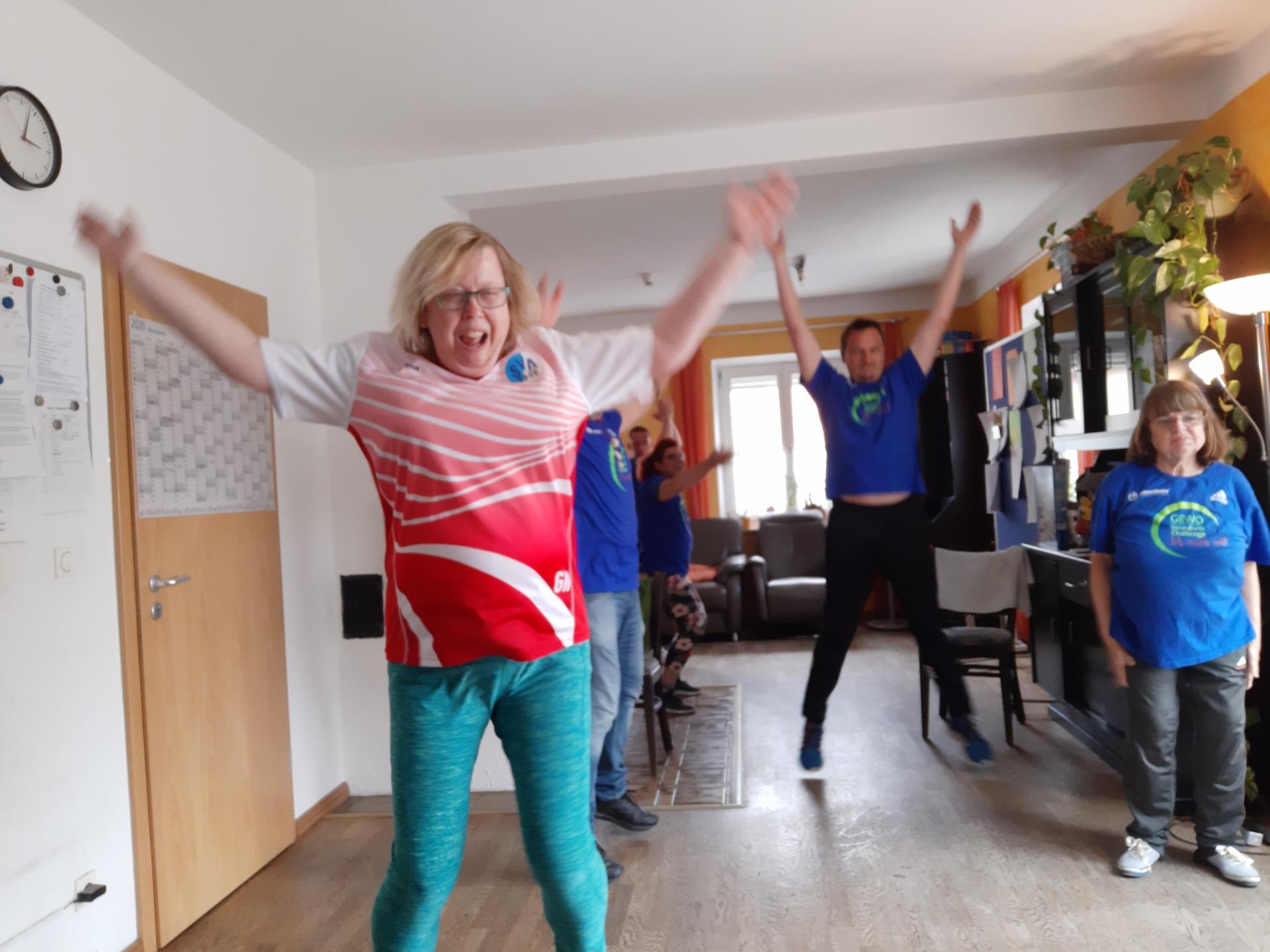 Die Wohngemeinschaft der AWG Hersbruck halten sich täglich mit Bewegung fit.