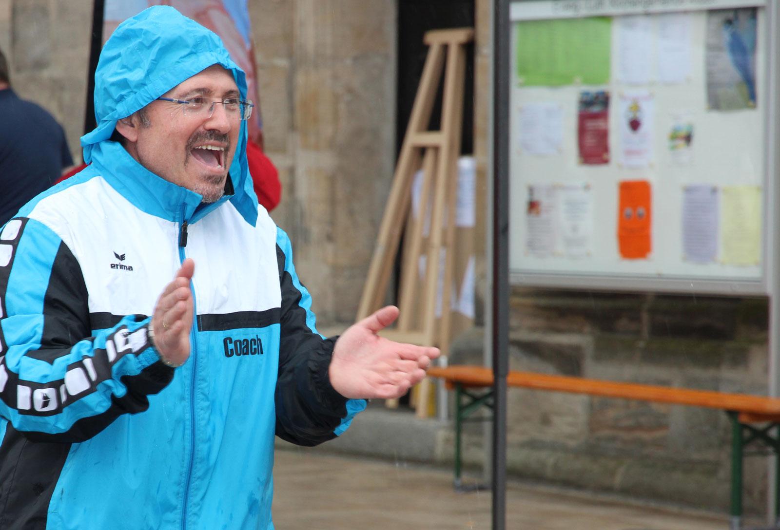 Erfinder der Aktion und Projekleiter Anargiros Tsopouridis hielt die Teilnehmer auch bei Regen und Wind bei Laune.