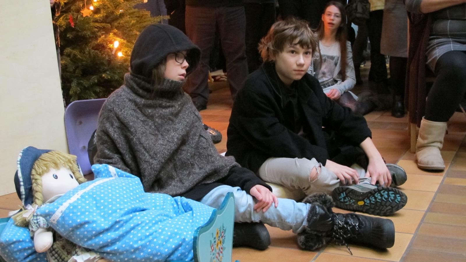 Maria und Josef finden in der kühlen Dezembernacht des Jahrs 2016 Unterschlupf in einer Garage, wo auch Sohn Jesus geboren wird.