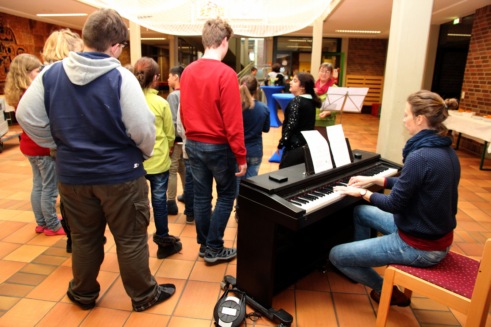 Der Schulchor dankte musikalisch.