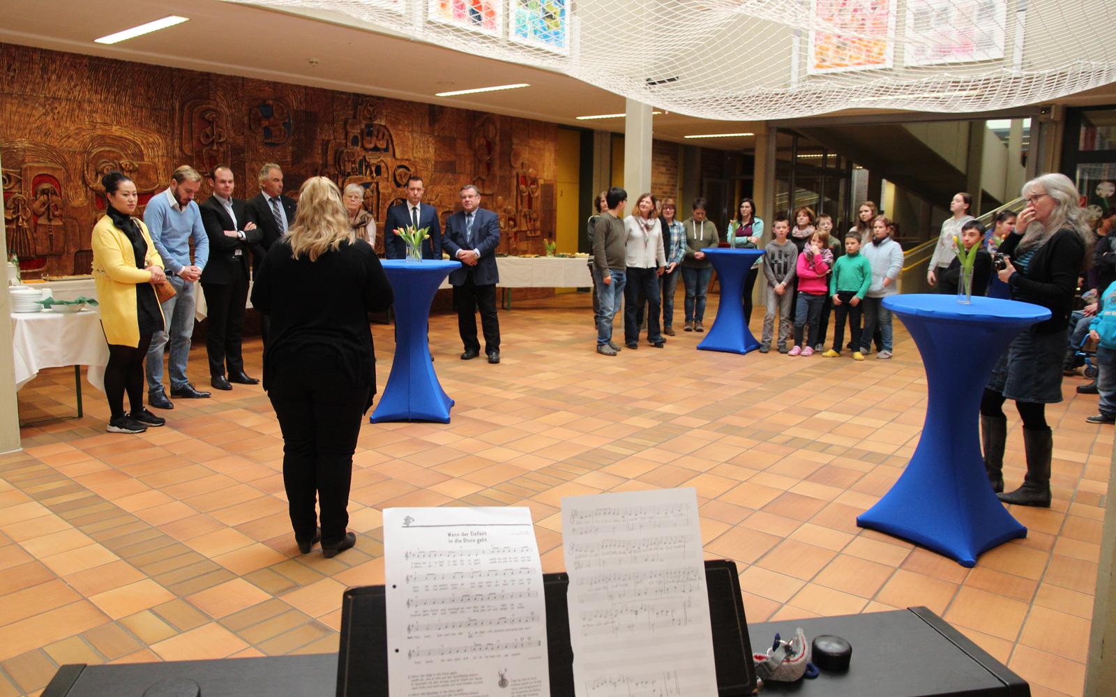 Freude über den riesigen und schnellen Spendenerfolg festlich zelebriert: Schüler dankten mit Liedbeiträgen - Spender freuten sich sichtlich.